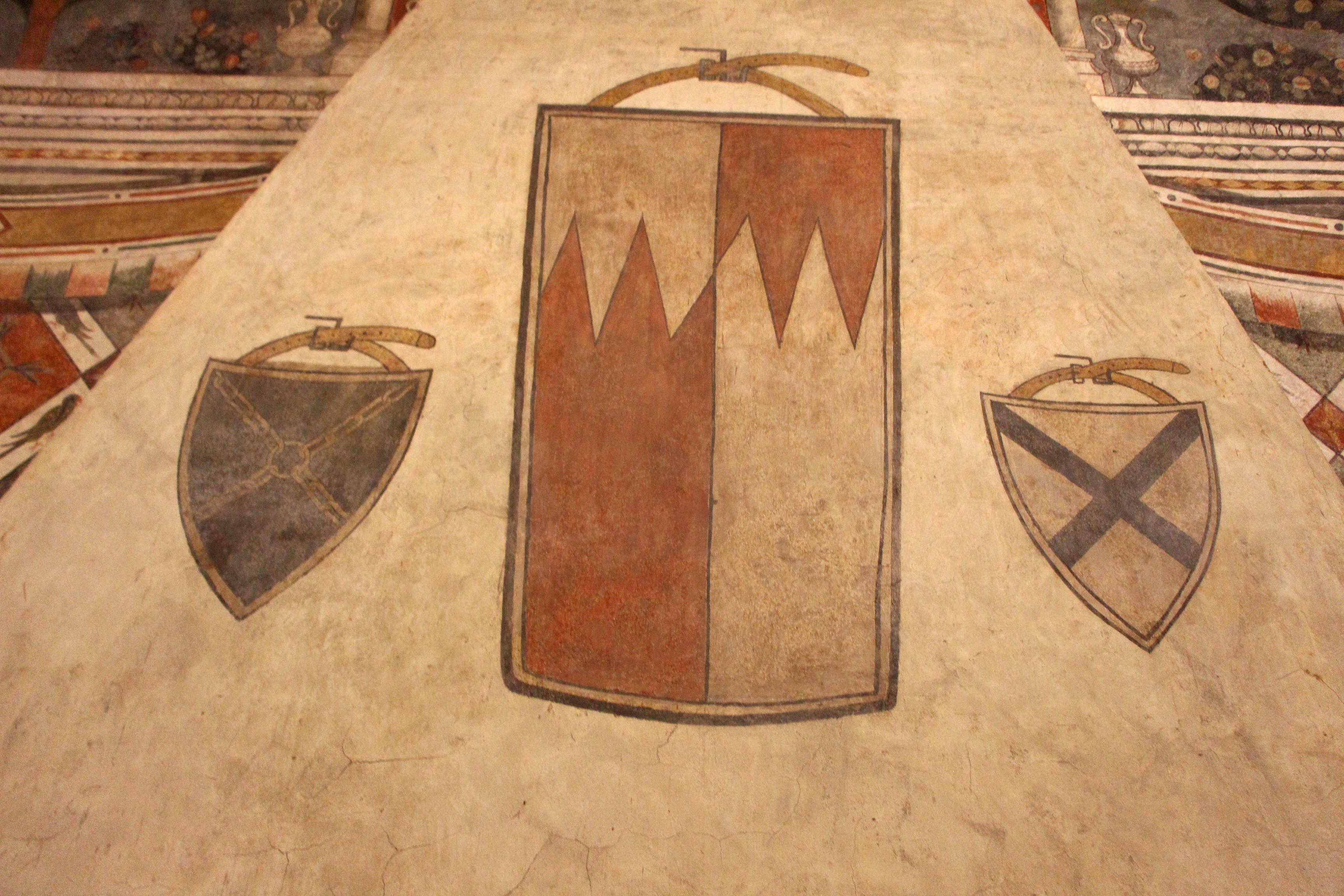 File sala dei pappagalli camino con stemma alberti for Sala con camino