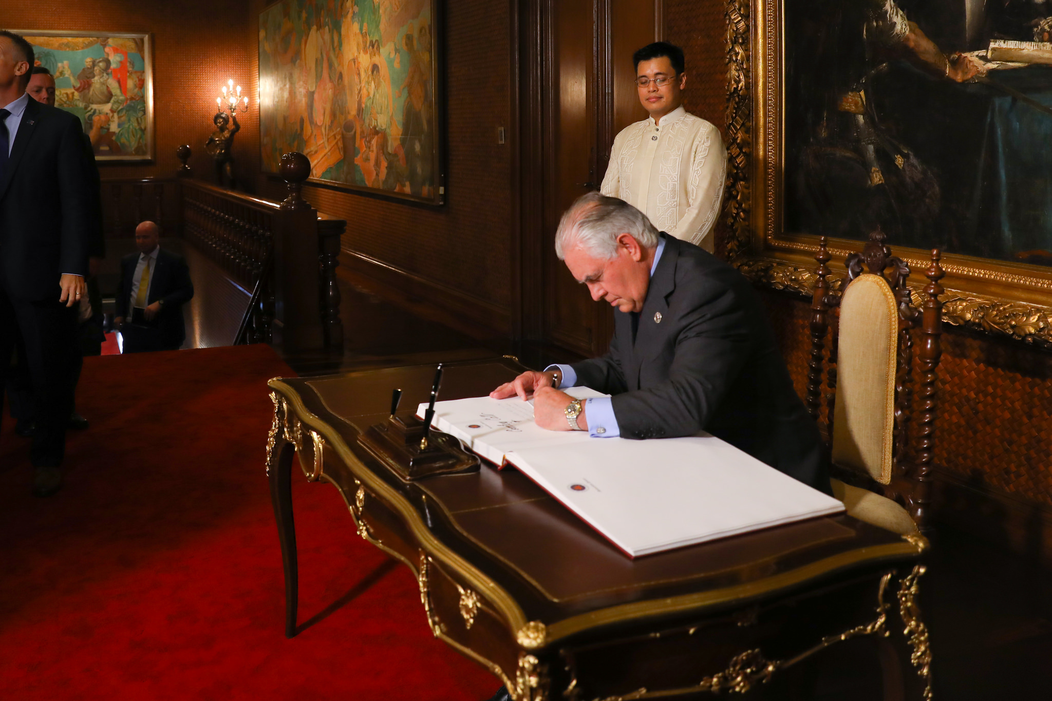 File:Secretary Tillerson Signs the Guest Book at Malacañang