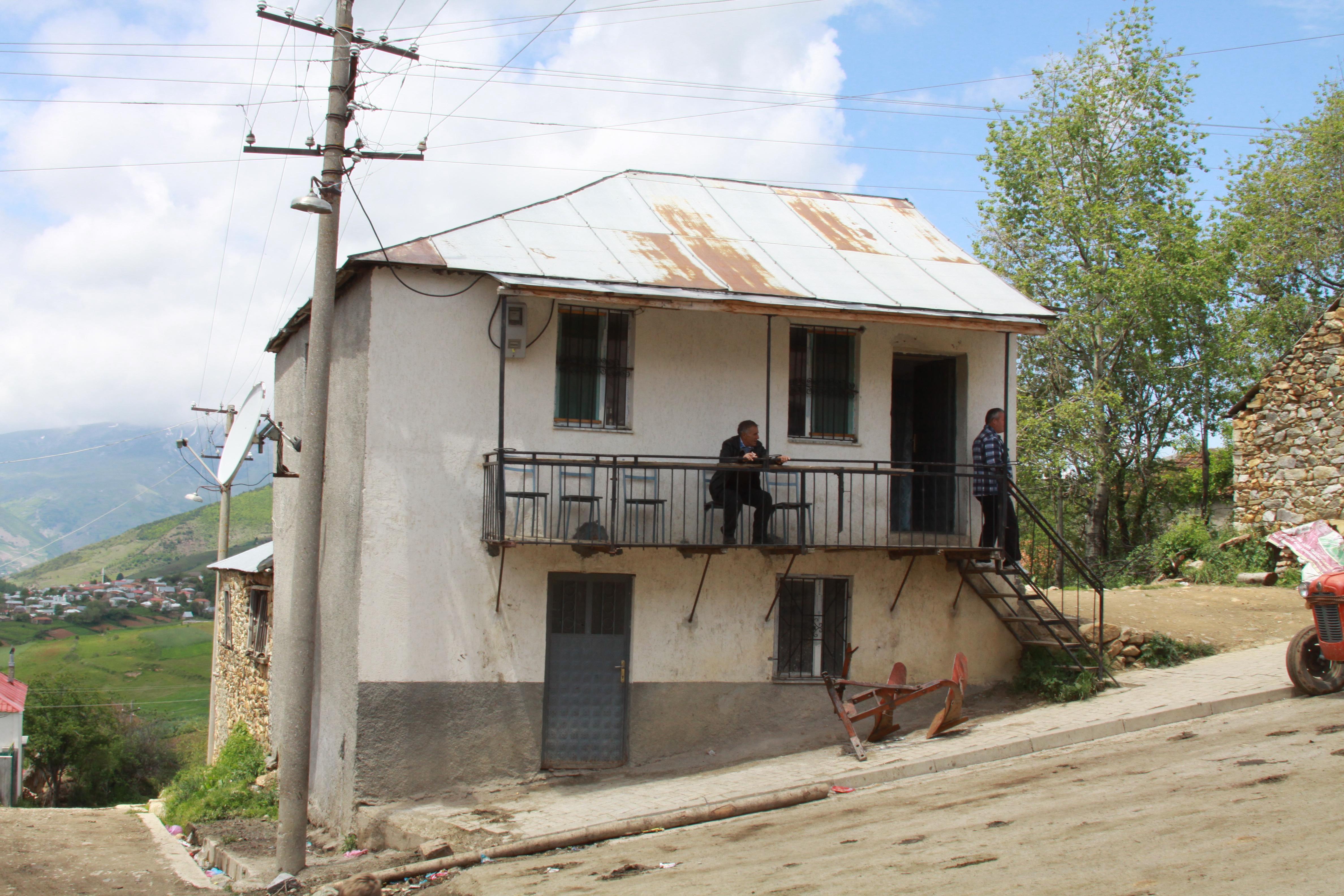 Con piedra y vigas de madera con tejado a cuatro aguas - Casa de madera y piedra ...