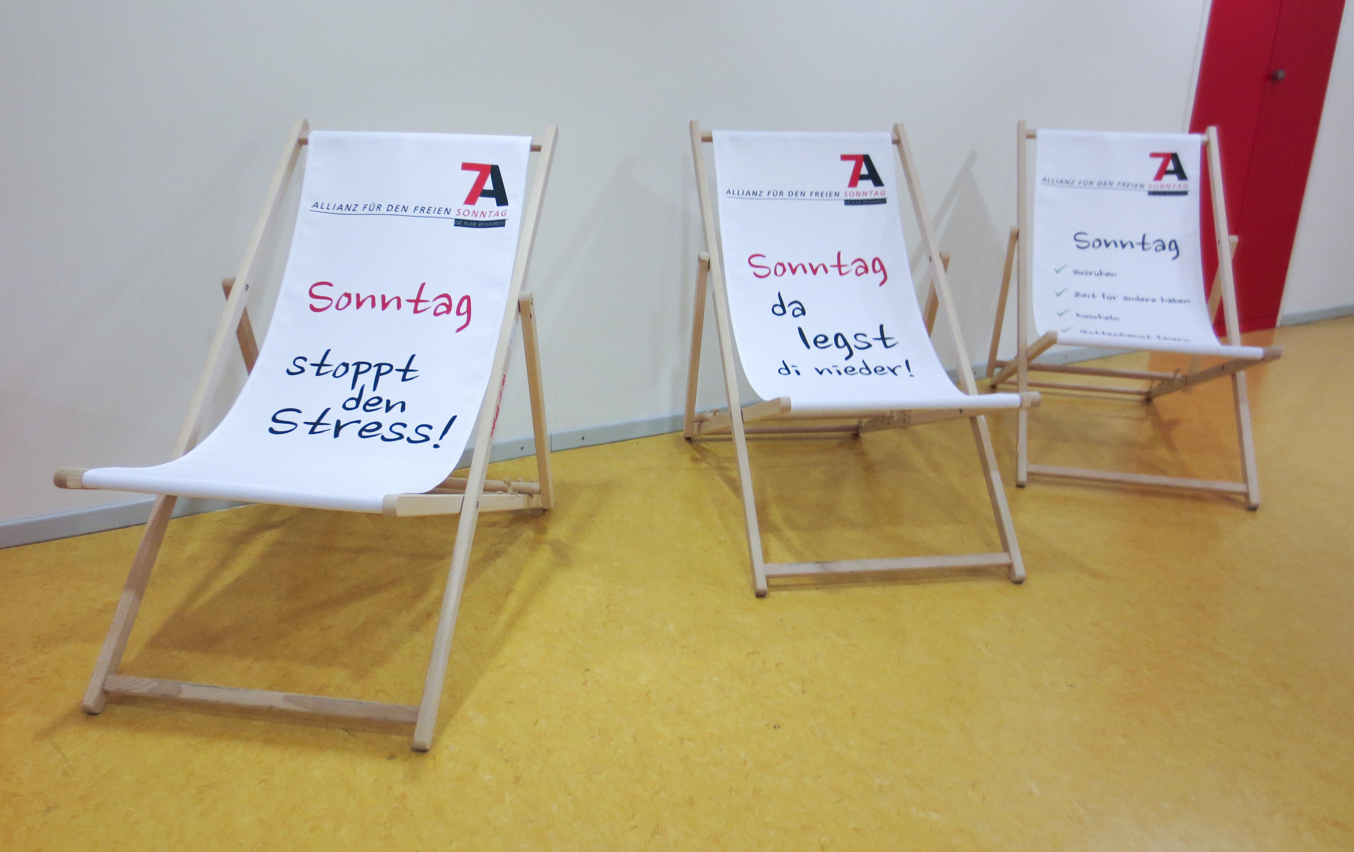 Liegestühle  File:Sonntagsallianz - Liegestühle bei Verdi 003.jpg - Wikimedia ...