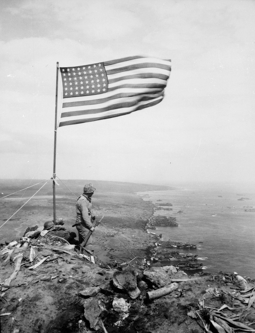 Ficheiro:Stars and Stripes on Mount Suribachi (Iwo Jima).jpg