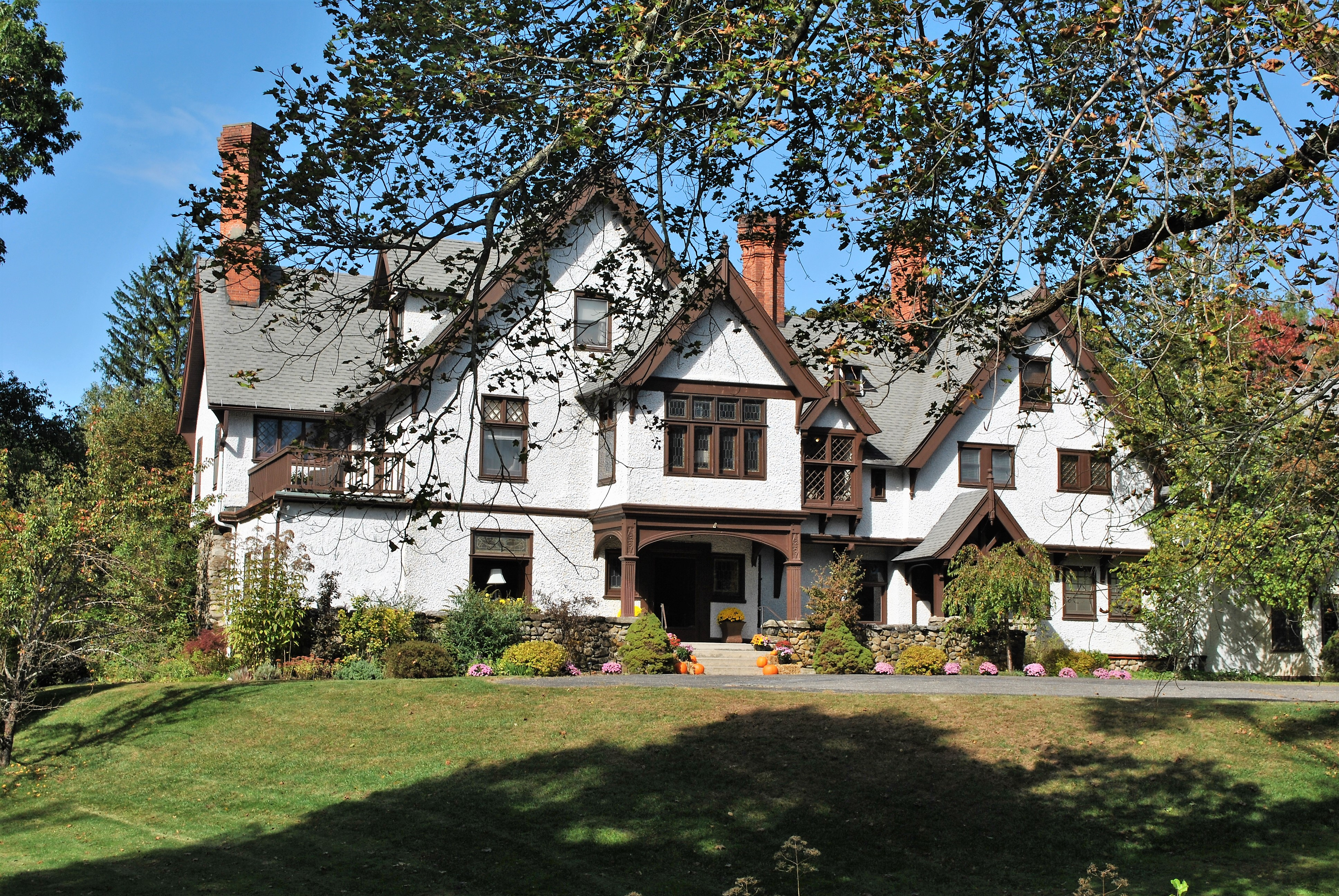external image The_Alders_%28now_Manor_House%29%2C_a_Victorian_Tudor_mansion_in_Norfolk%2C_Connecticut.jpg