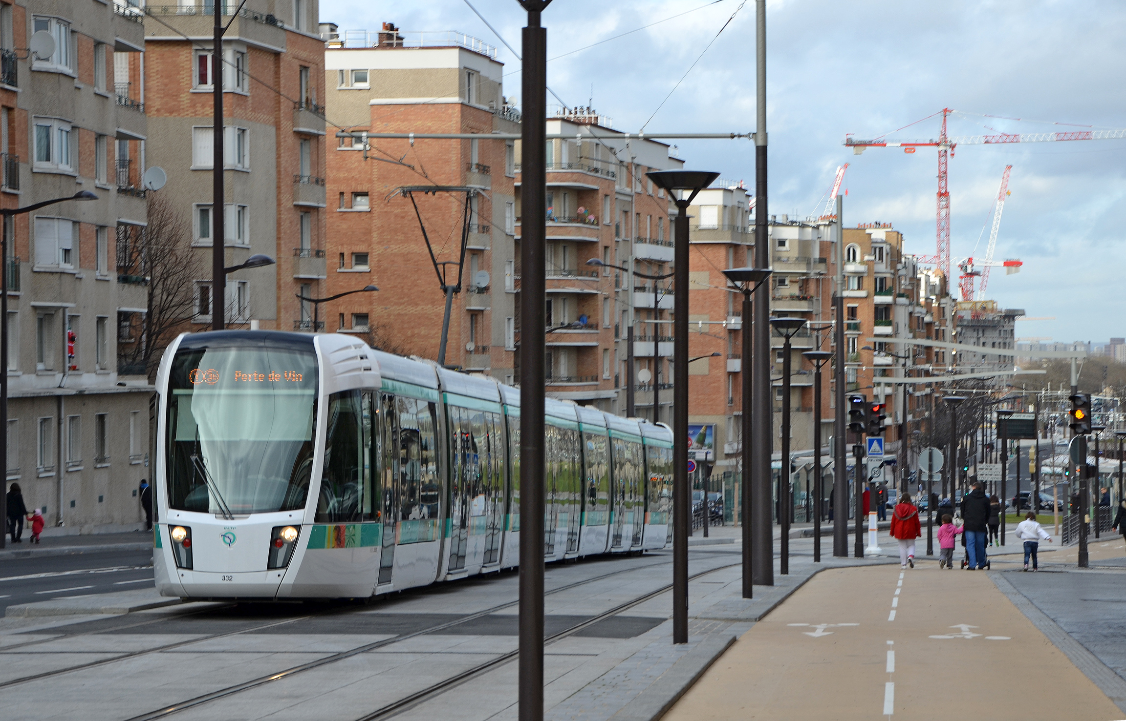 Datei:Tramway-line-T3B-in-Paris-near-porte-de-Chaumont--DSC 0173.jpg ...