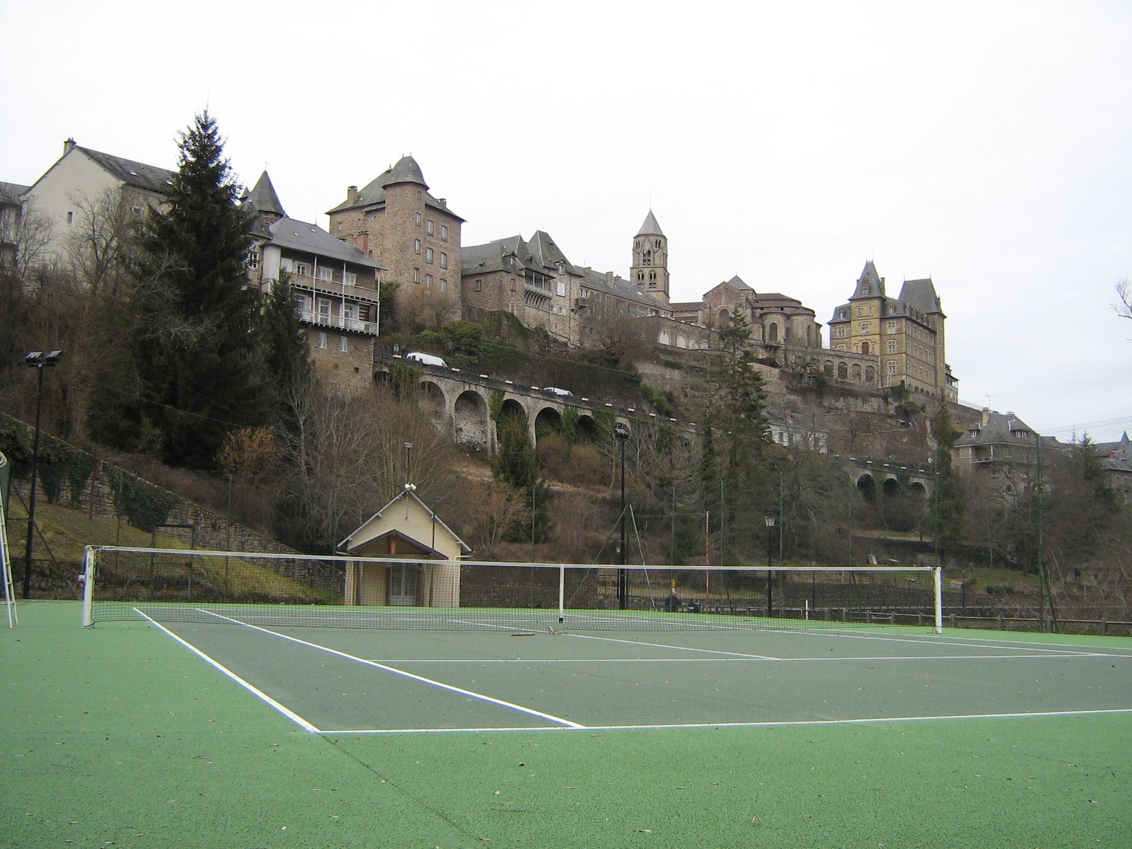 File uzerche et terrain de wikimedia commons for Dimension d un terrain de tennis