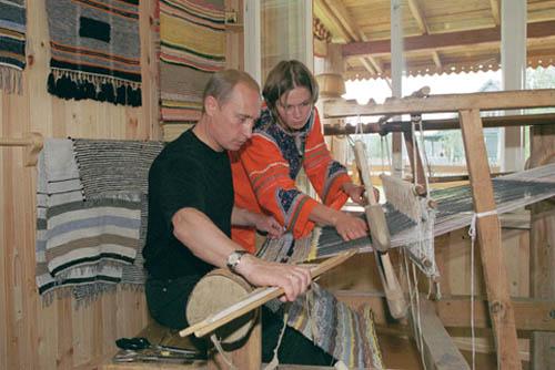 https://upload.wikimedia.org/wikipedia/commons/5/5b/Vladimir_Putin_17_August_2001-3.jpg