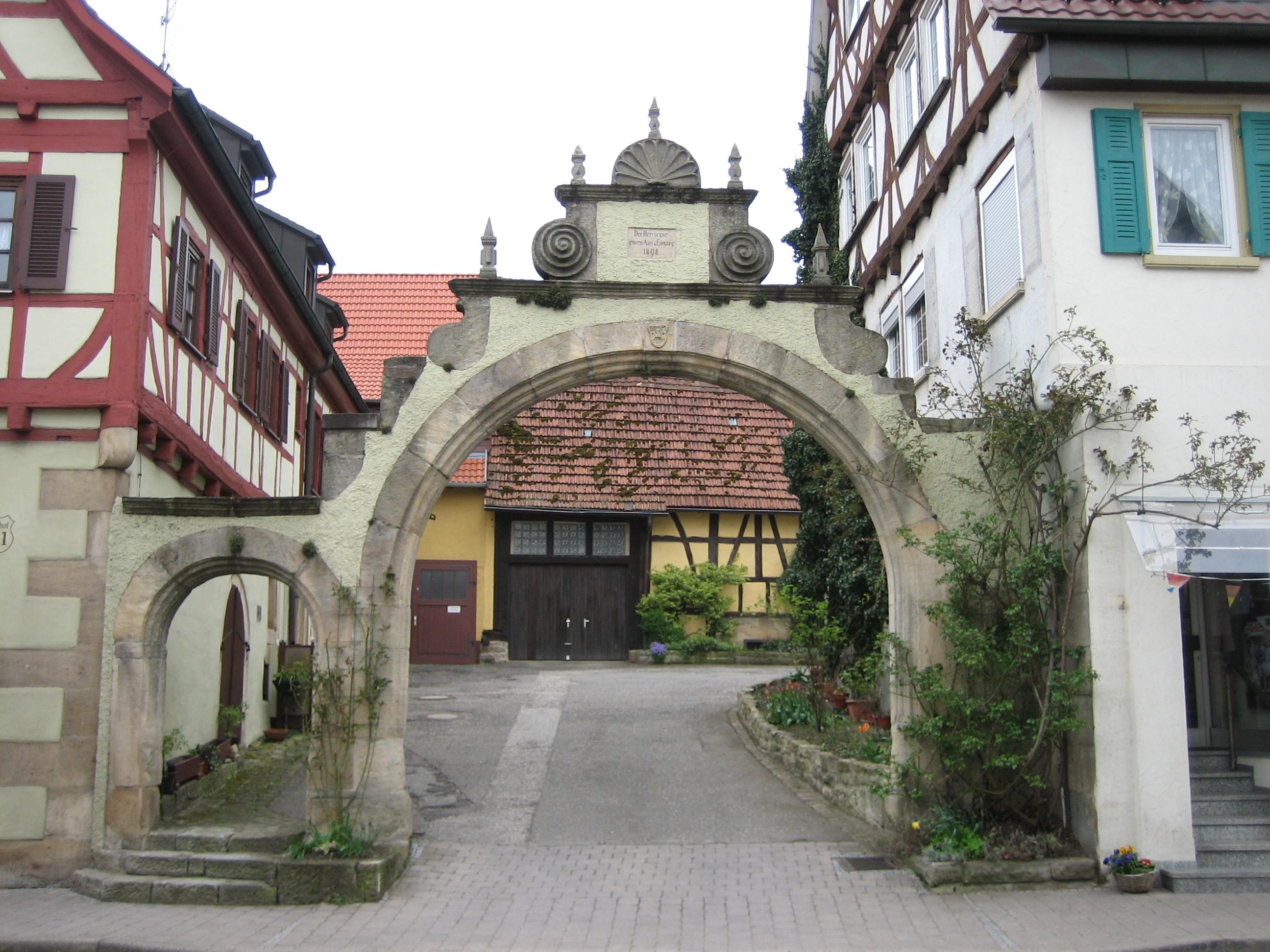 File:Walddorfhäslach Schlosshof Torbogen.jpg - Wikimedia Commons