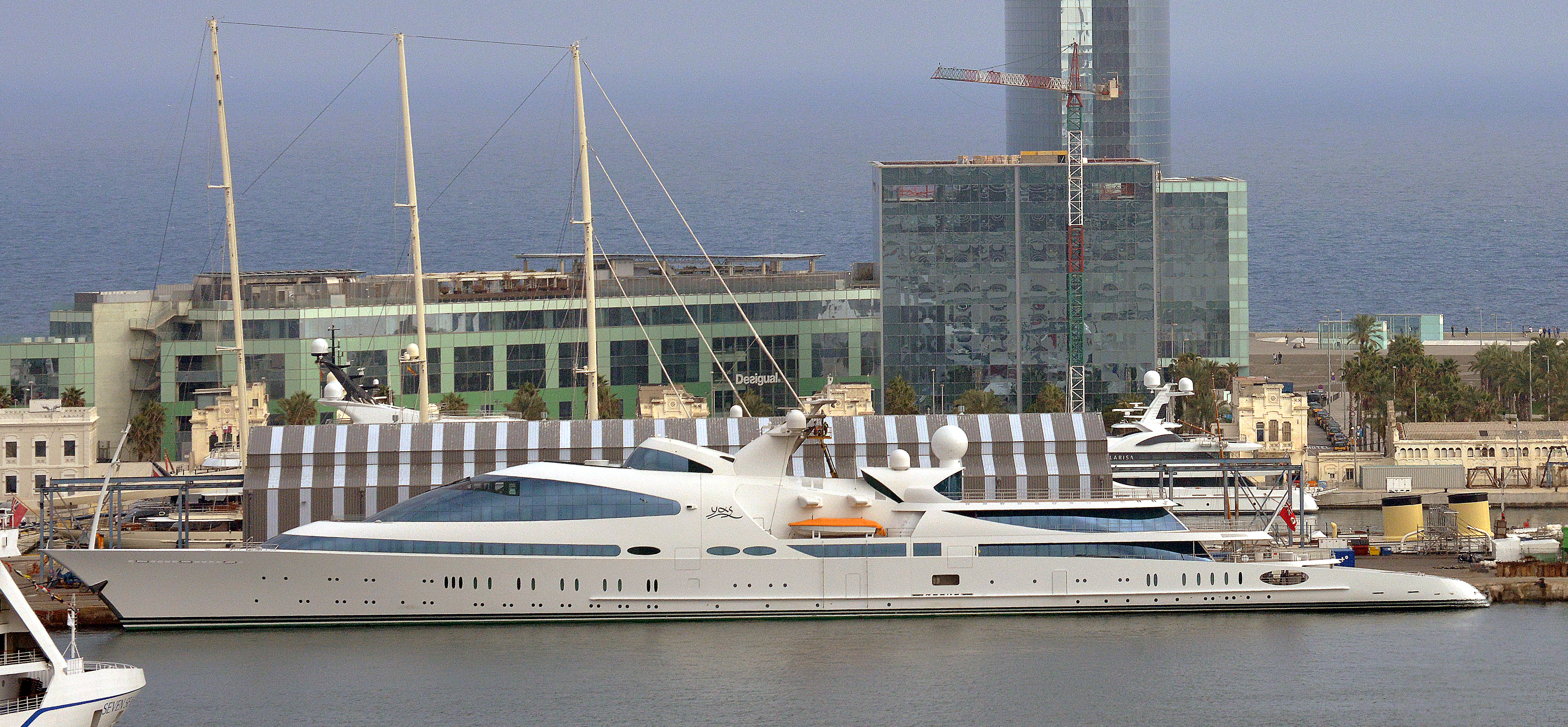 Les Emirats Arabes Unis - Page 2 Yas_yacht_in_Barcelona_port