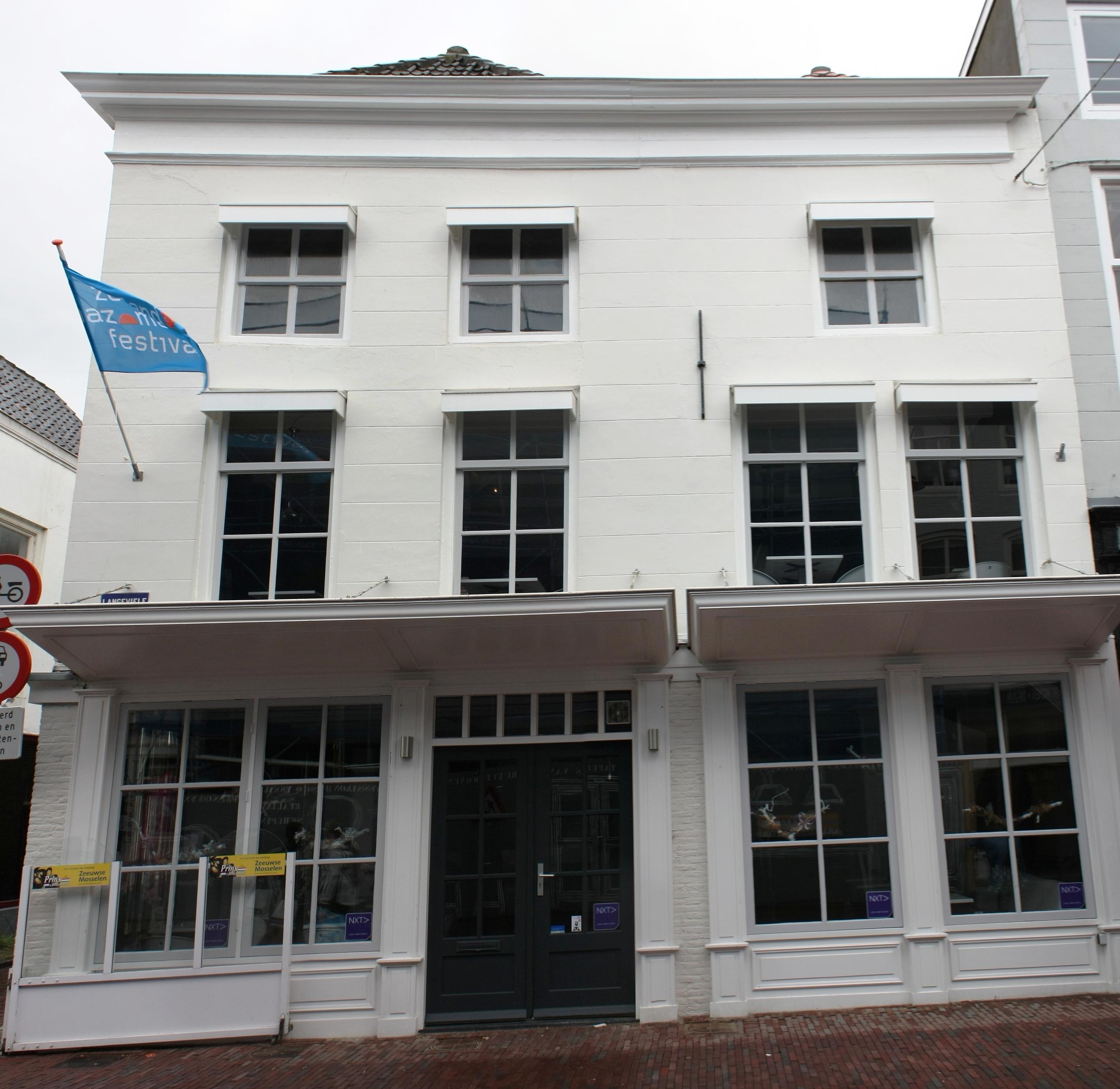 Huis met gepleisterde gevel in middelburg monument - Huis gevel ...