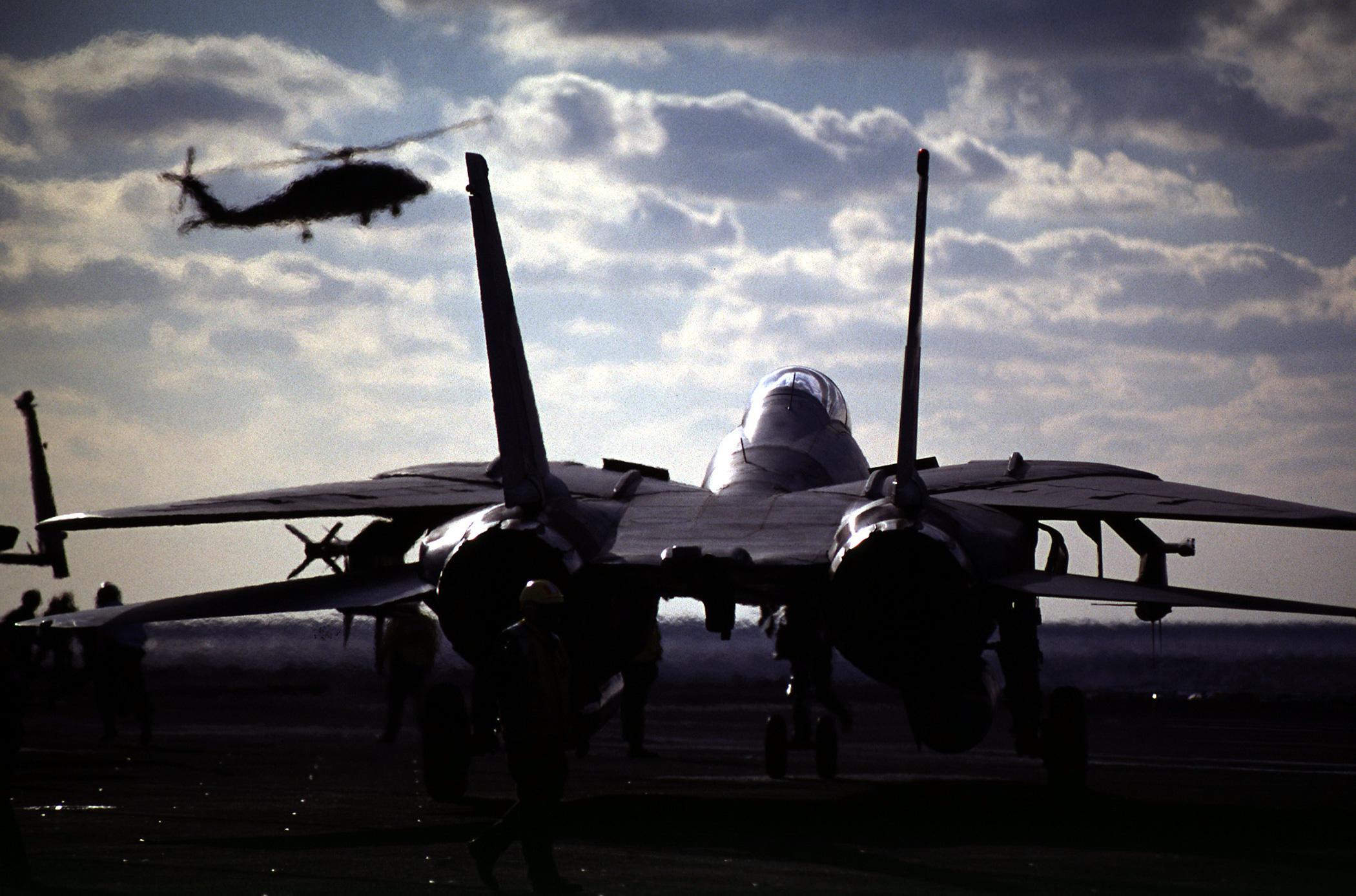 961209-N-7050H-003_F-14_on_Flight_Deck.j