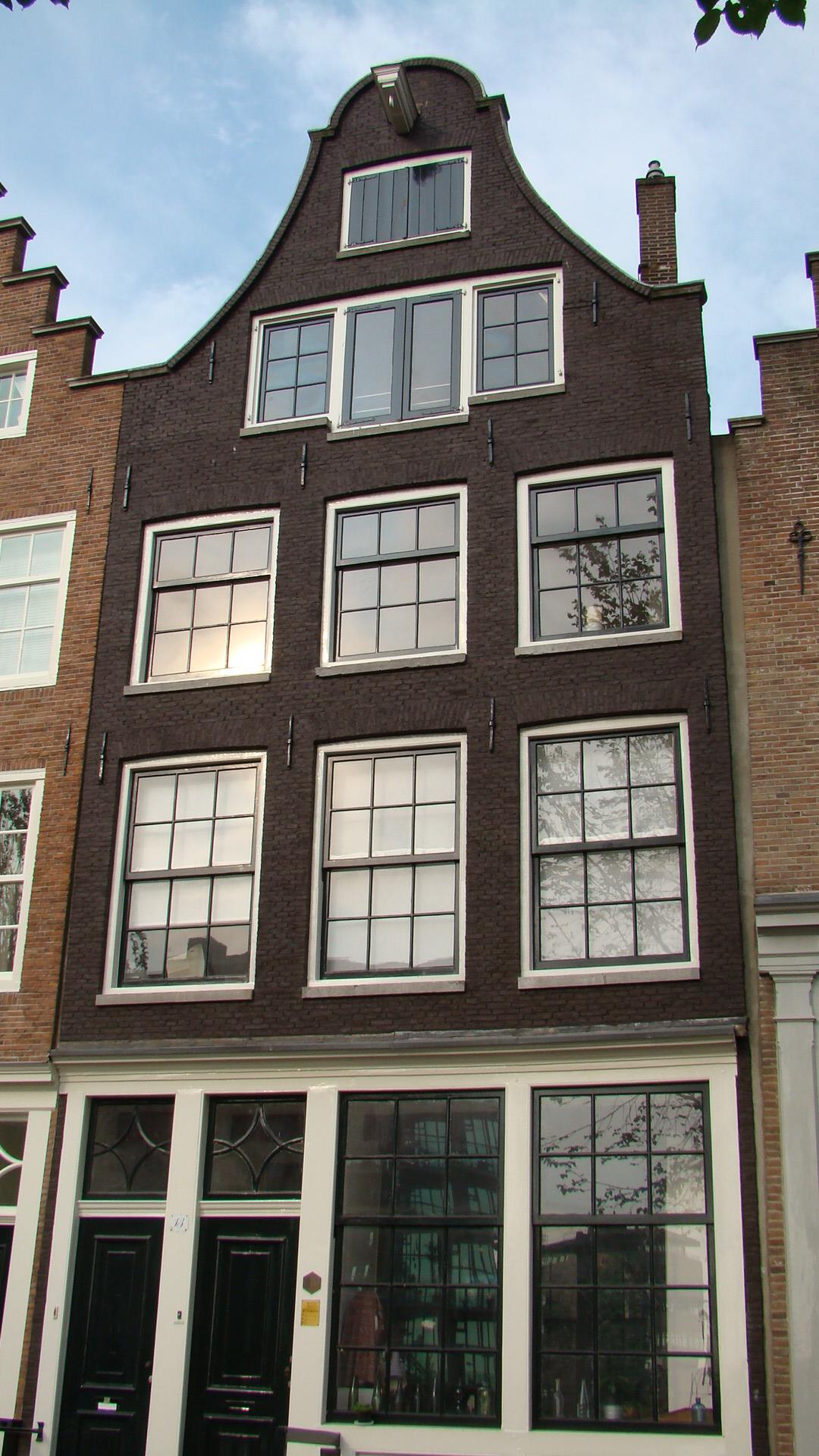 Huis met gevel onder klokvormige rollagentop in amsterdam monument - Huis gevel ...