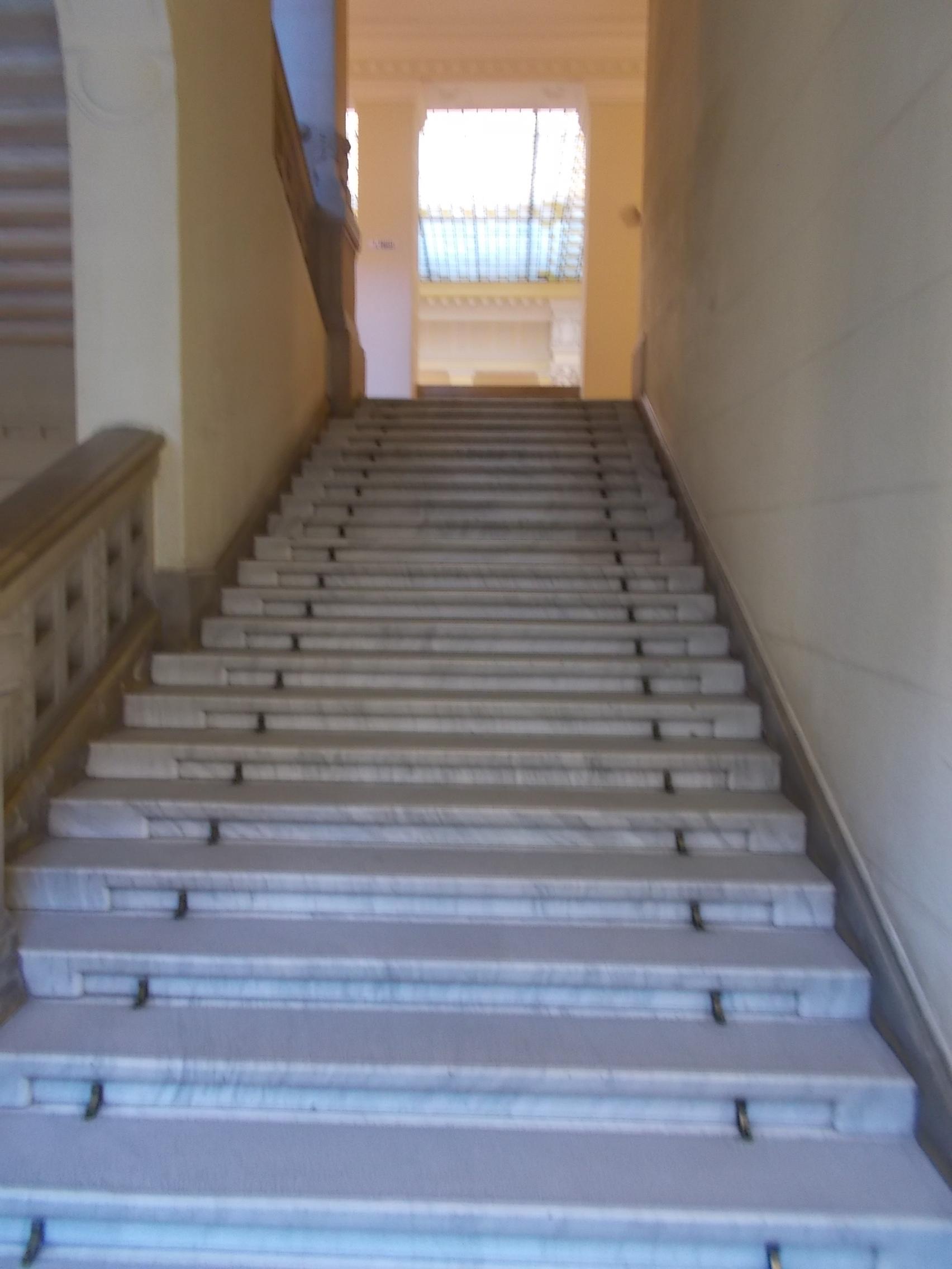 File:BME K épület, lépcső az aulánál, 2016 Budapest.jpg