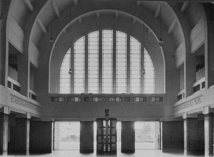 File:collectie tropenmuseum de hal achter de ingang van het