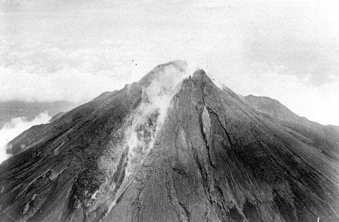 File:COLLECTIE TROPENMUSEUM Uitbarsting van de Merapi TMnr 10004113.jpg