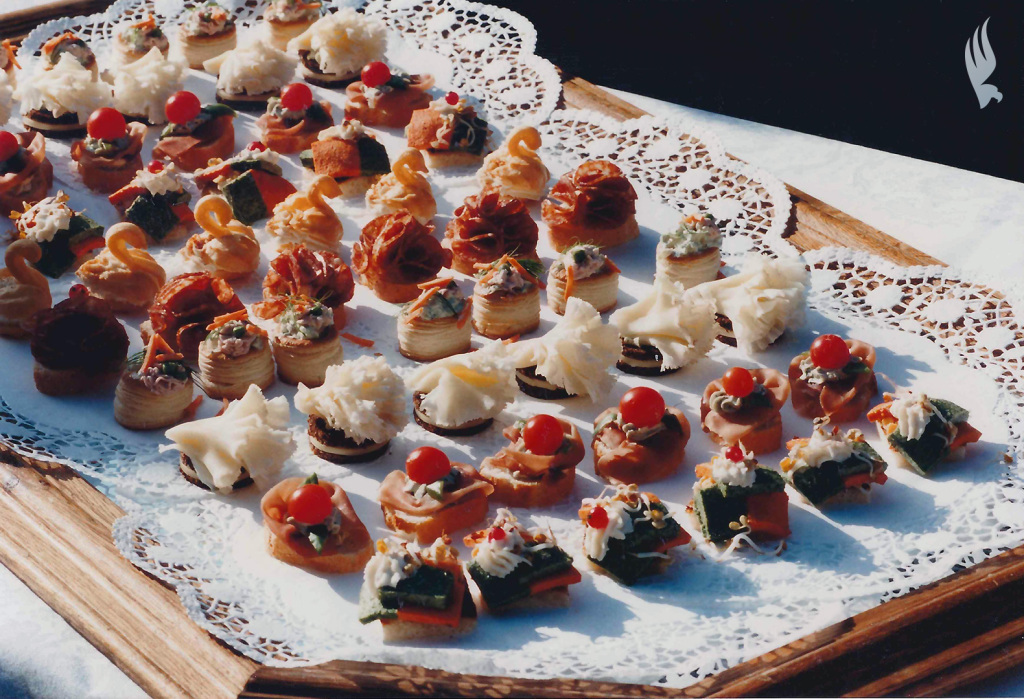 File canapes wikimedia commons for Canape history