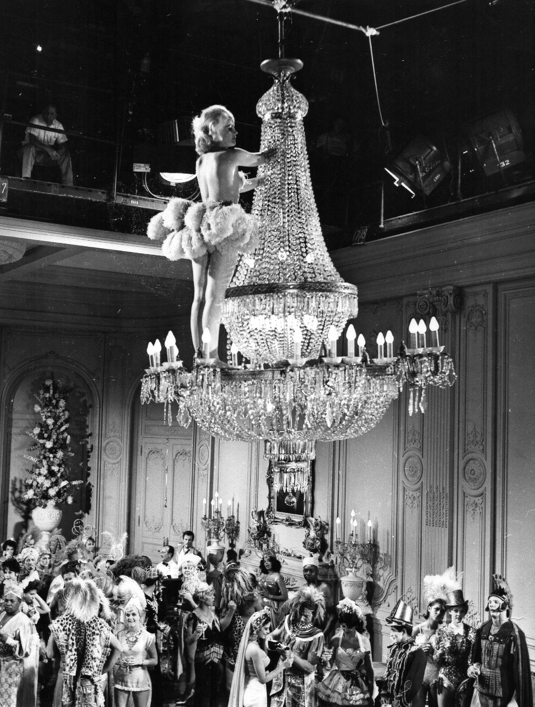 File:Carroll Baker chandelier Carpetbaggers.jpg ...