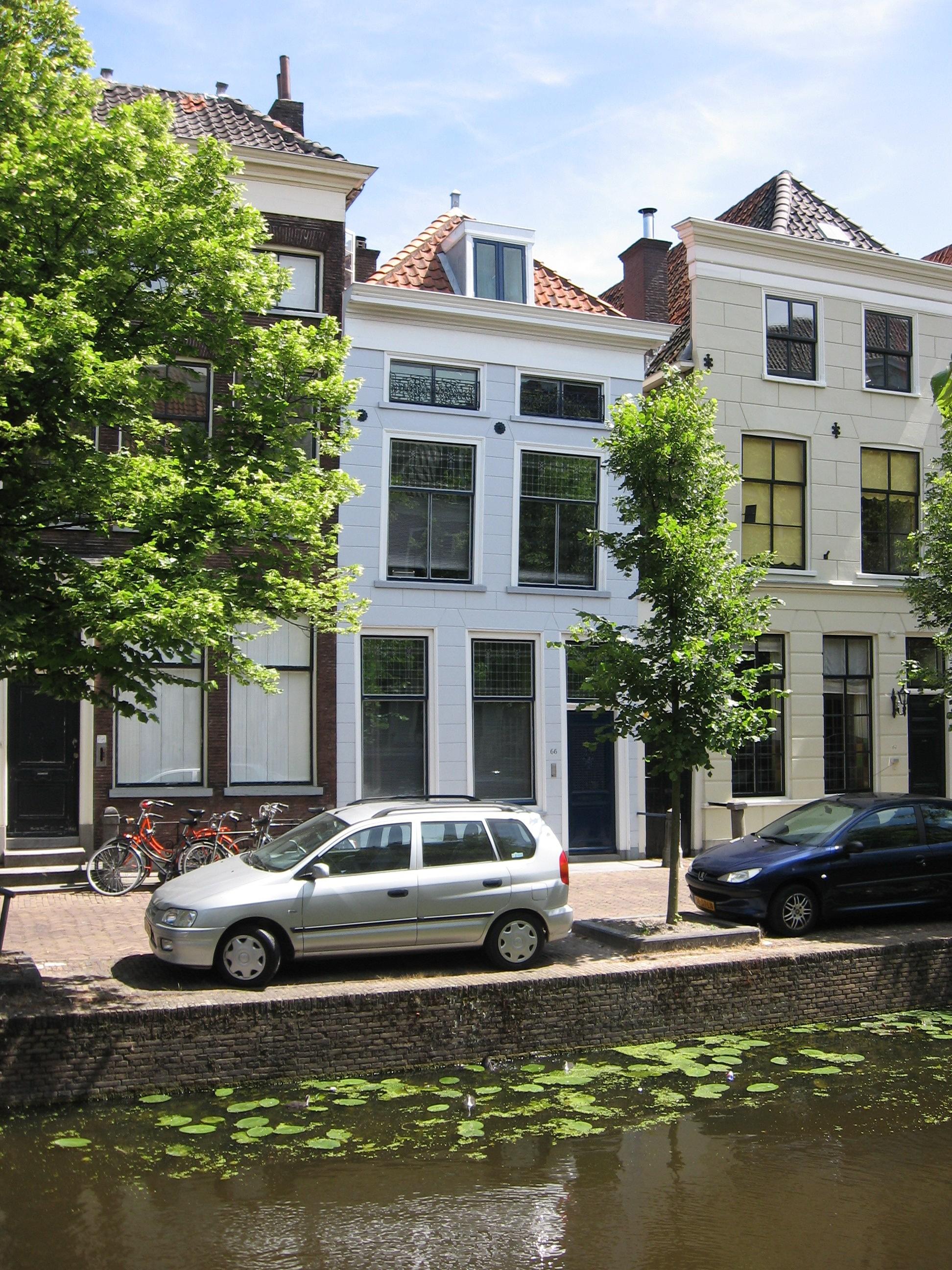 Huis met lage bovenverdieping en gepleisterde gevel onder rechte lijst rechts een stoeppaal in - Oude huis gevel ...