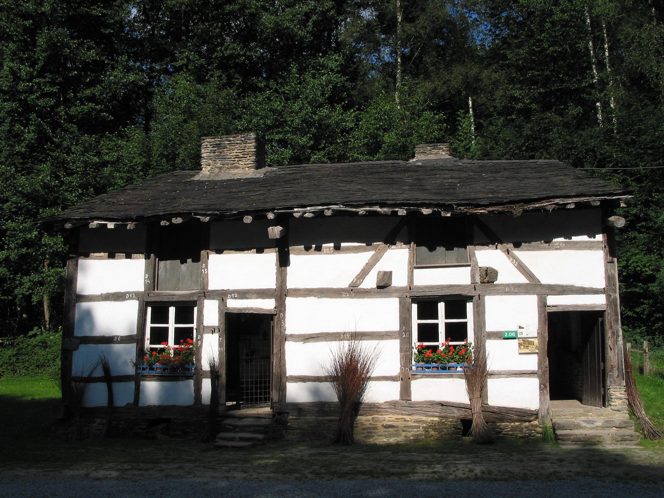 Doppelhaus mit Reetdach aus dem 18. Jahrhundert im Freilichtmuseum Fourneau Saint Michel in St. Hubert, Belgien