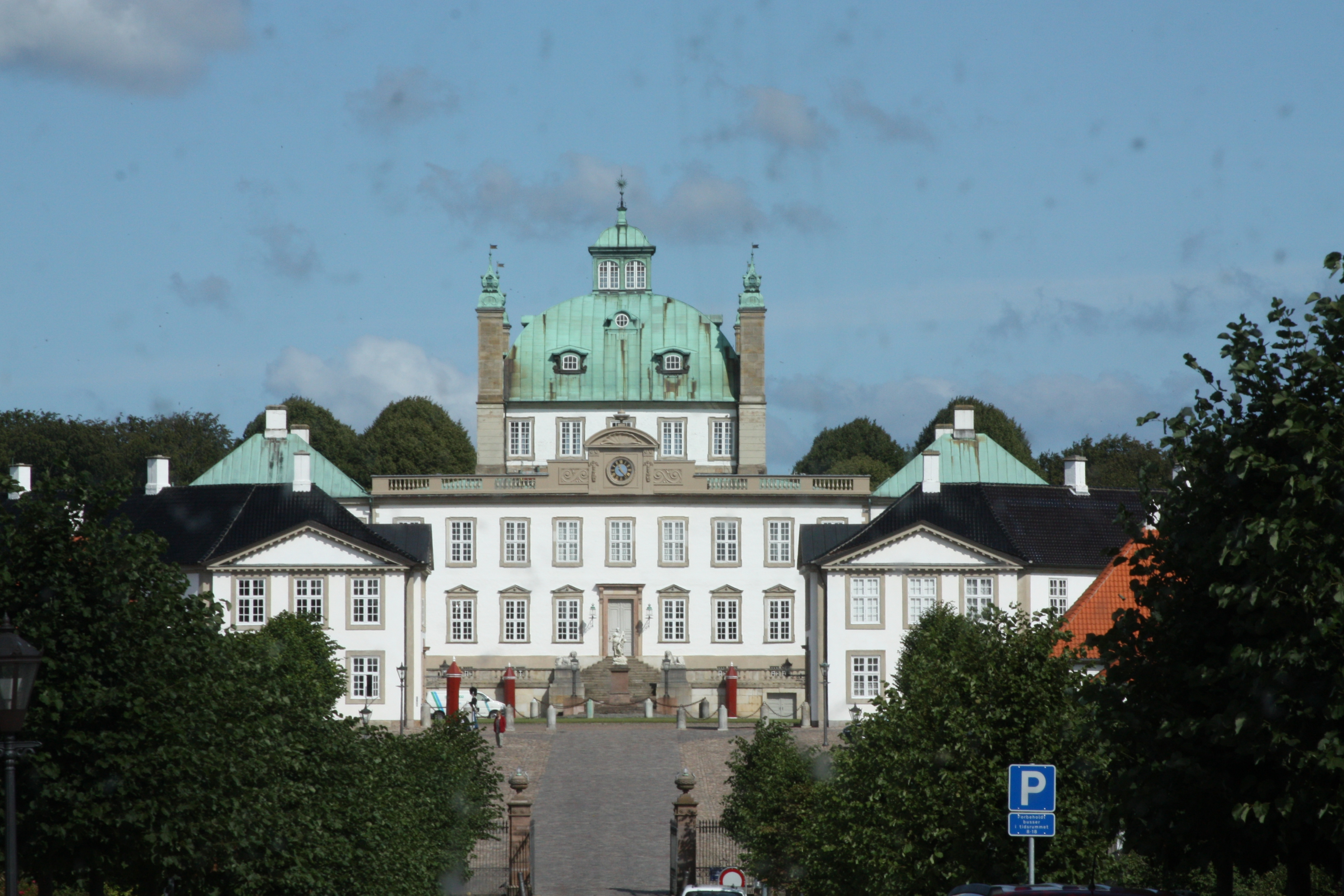 File:Fredensborg Slot 20090818 01.JPG - Wikimedia Commons