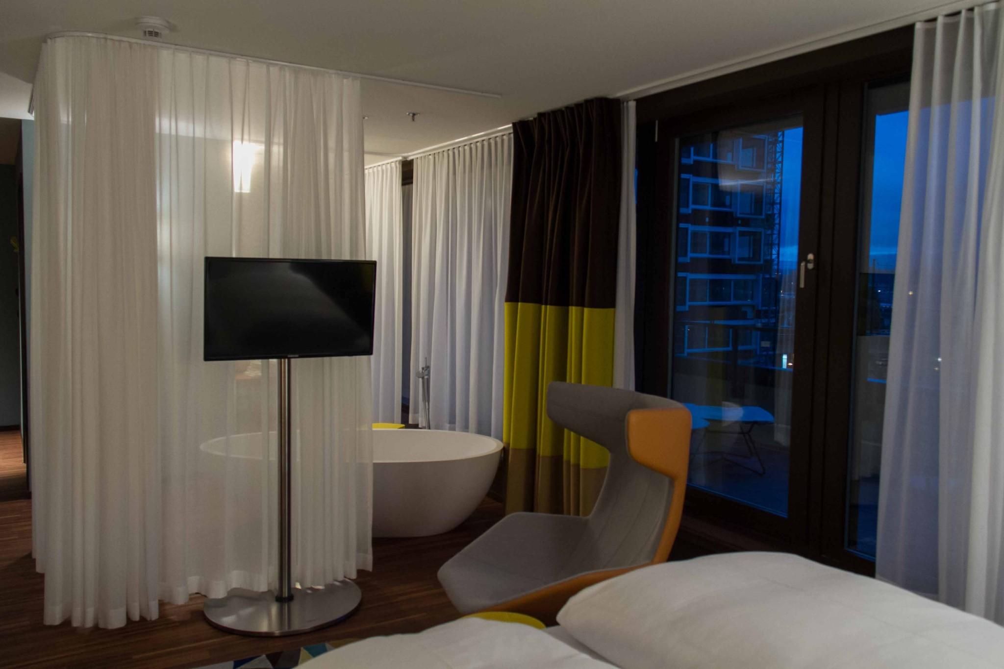 File:Haeberli Suite mit TV und Badezimmer - panoramio.jpg ...