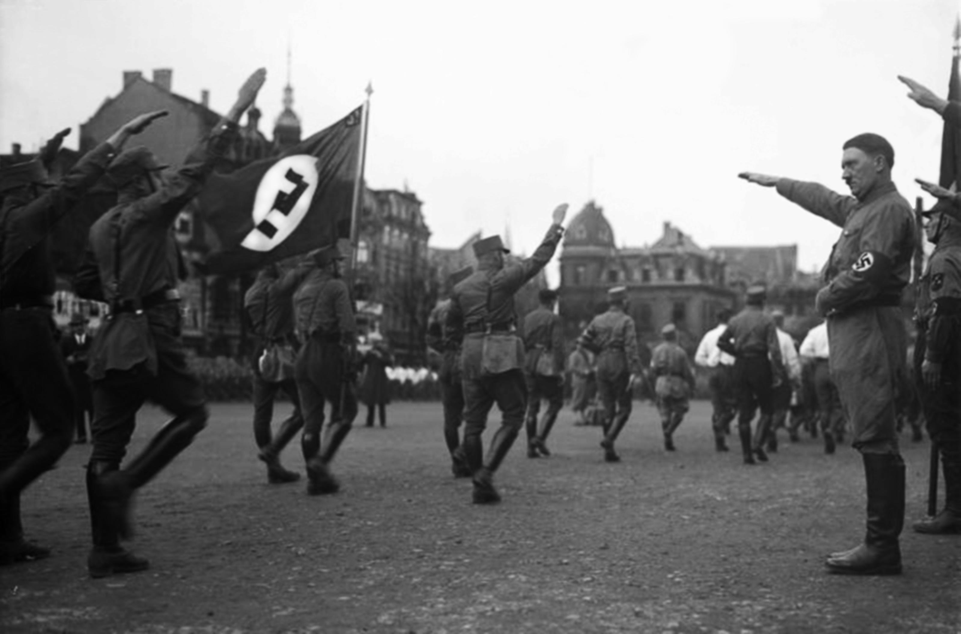 File:Hitler saluting the SA.png - Wikimedia Commons