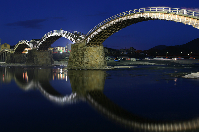 https://upload.wikimedia.org/wikipedia/commons/5/5c/Illuminated_Kintai_Bridge.jpg