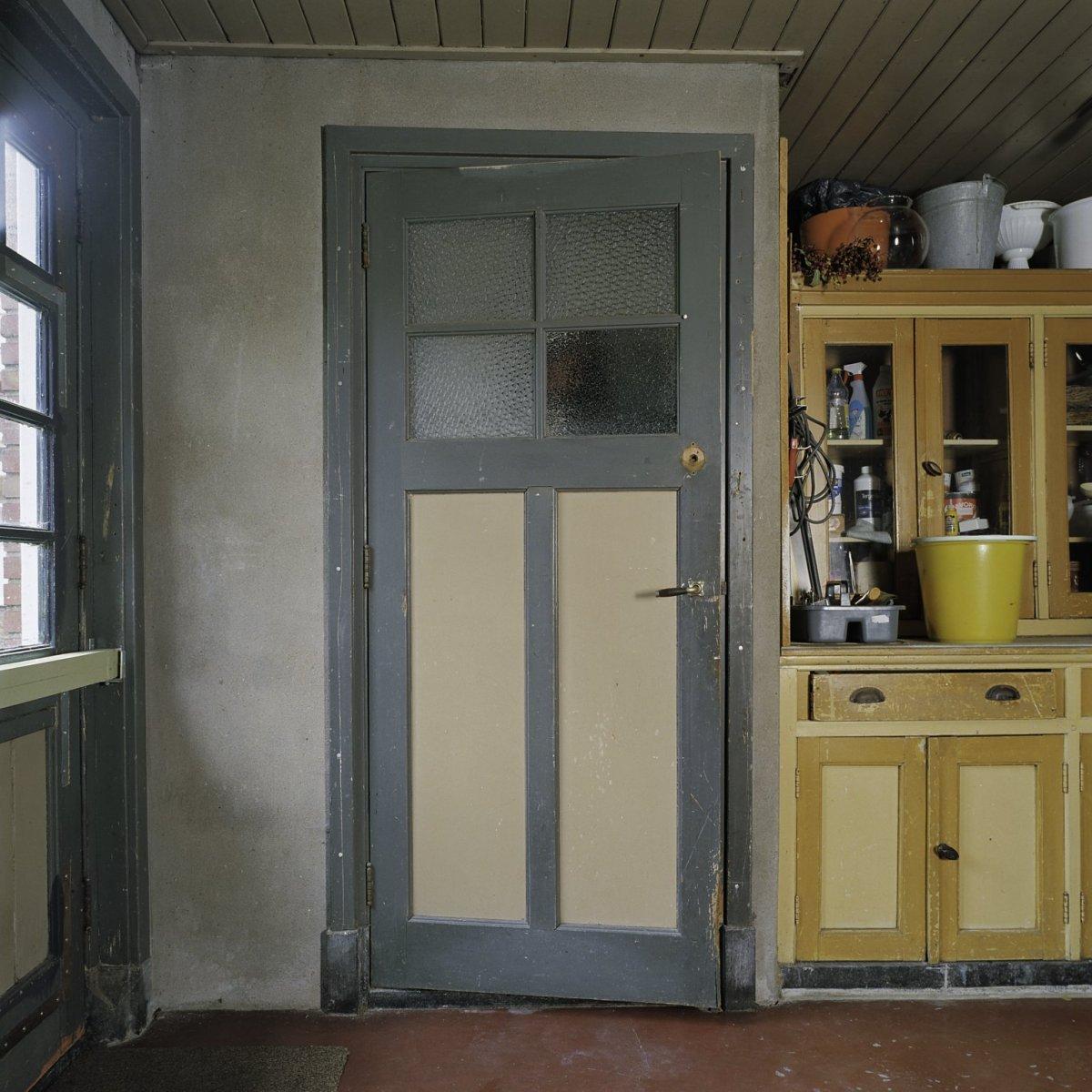 File interieur paneeldeur van de w c met de orginele kleur in de bergruimte aan de - Kleur wc ...