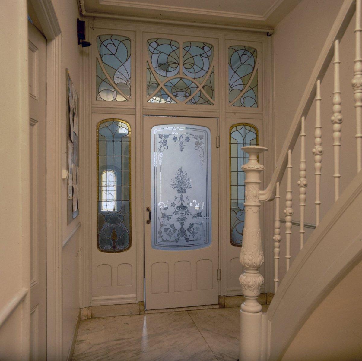 File interieur hal zicht op tochtportaal met ge tst glas for Jaren 30 interieur