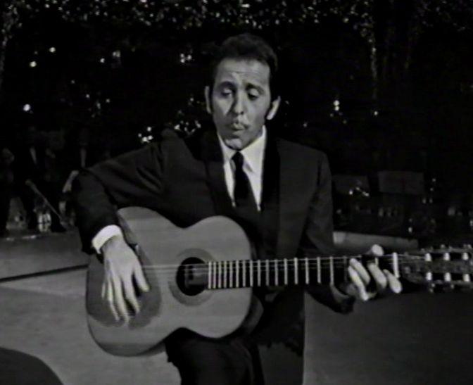 Modugno canta «Viejo frac» en un programa televisivo de la RAITV; mientras silba, golpea rítmicamente la caja de la guitarra.