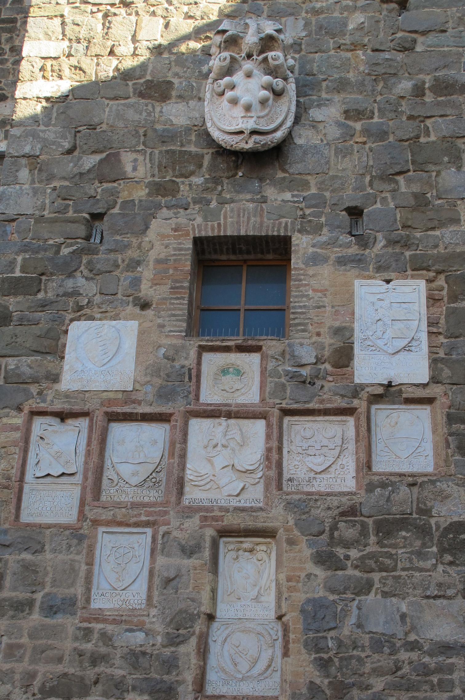Montalcino, palazzo dei priori, stemmi 01.JPG