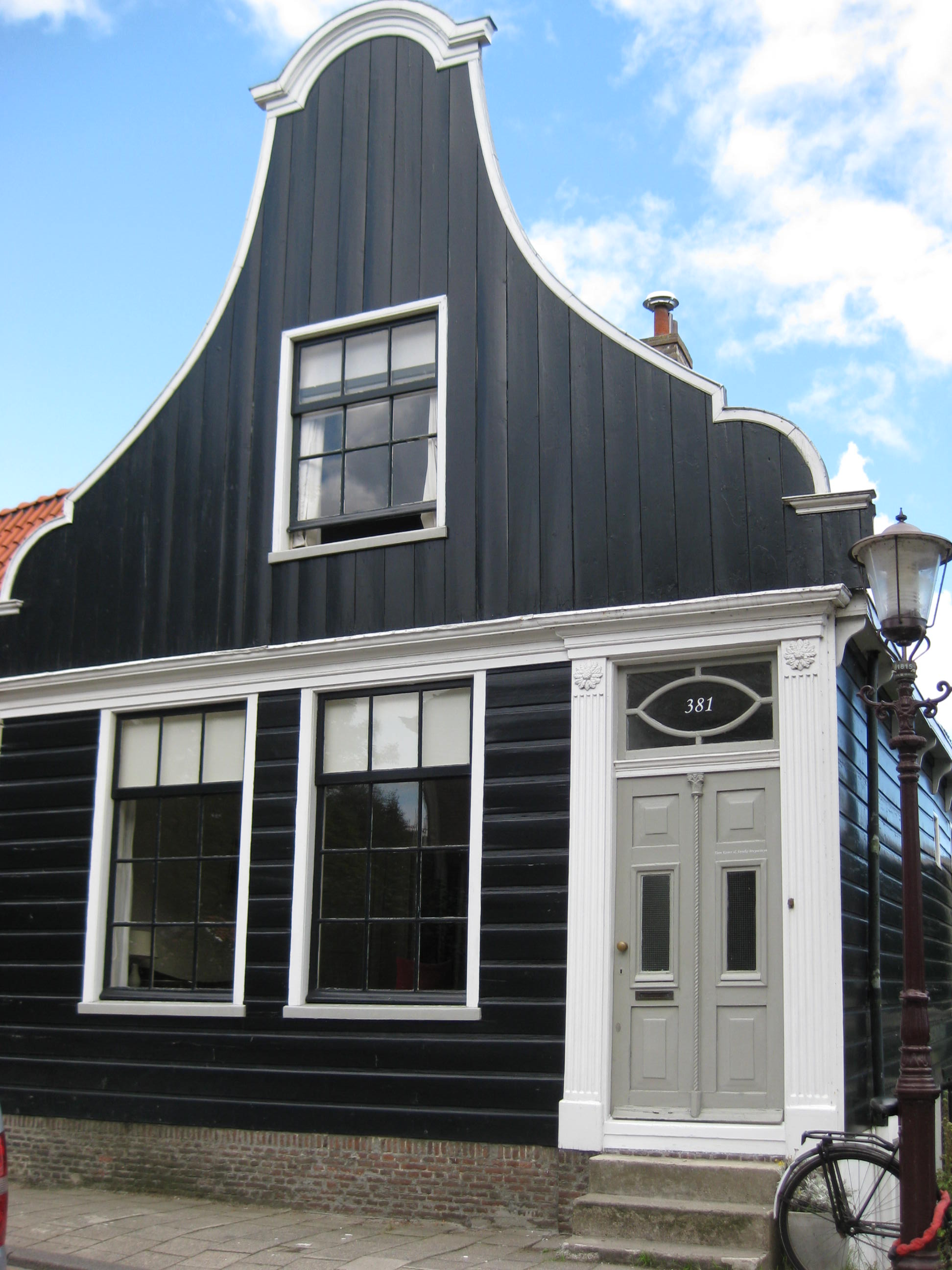 Houten huis met klokgevel uit en ingezwenkt voorschot onderpui in empirestijl in amsterdam for Hout huis