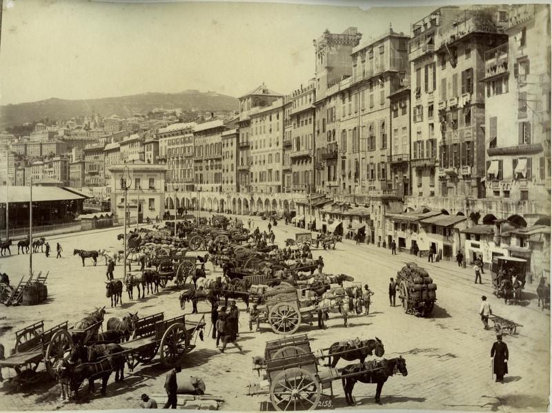 Piazza Caricamento sur le port de Gênes par le photographe pionnier Alfred Noack (1833-1895).