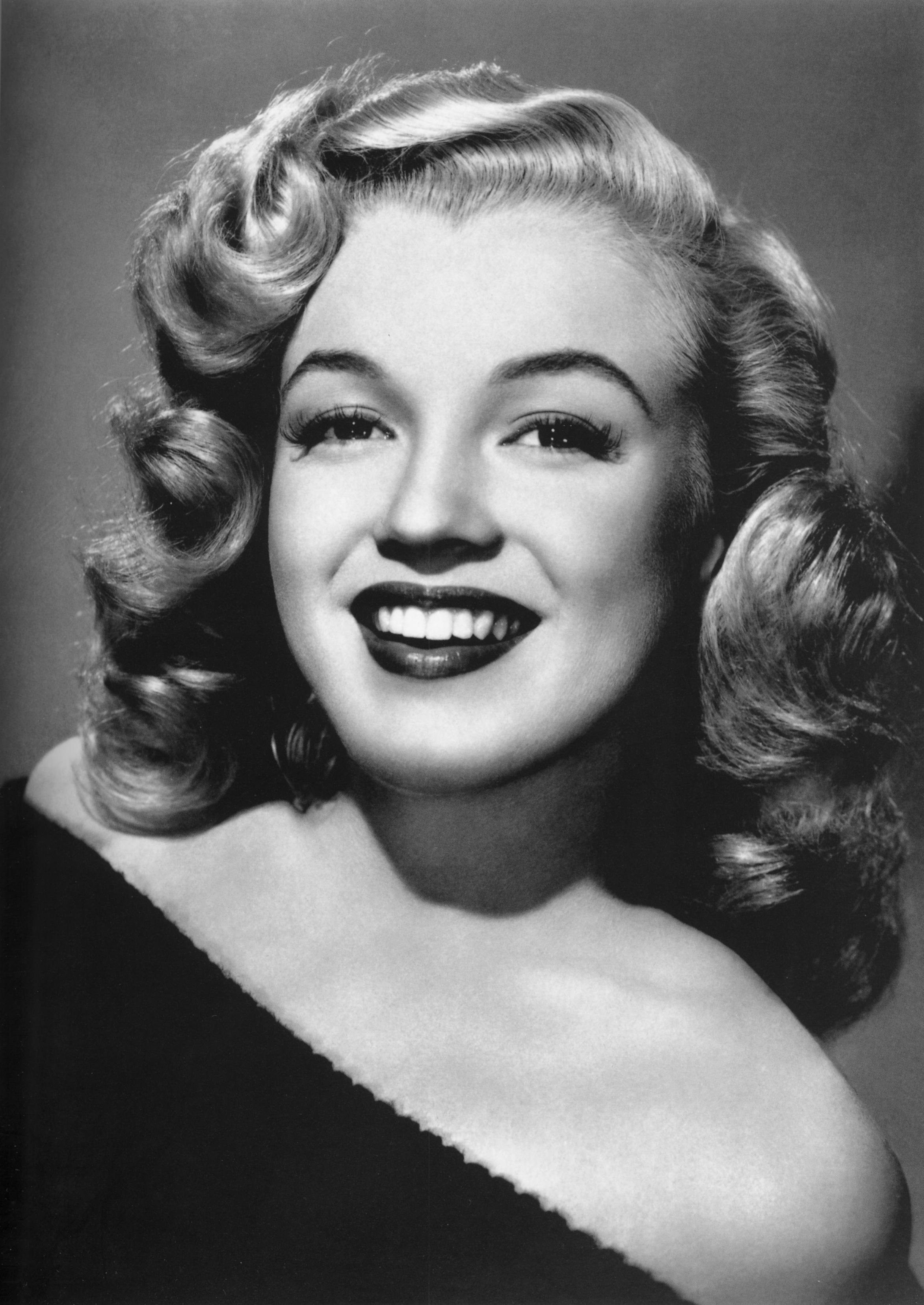 File:Portrait of young Marilyn Monroe, black and white.jpg - Wikimedia  Commons