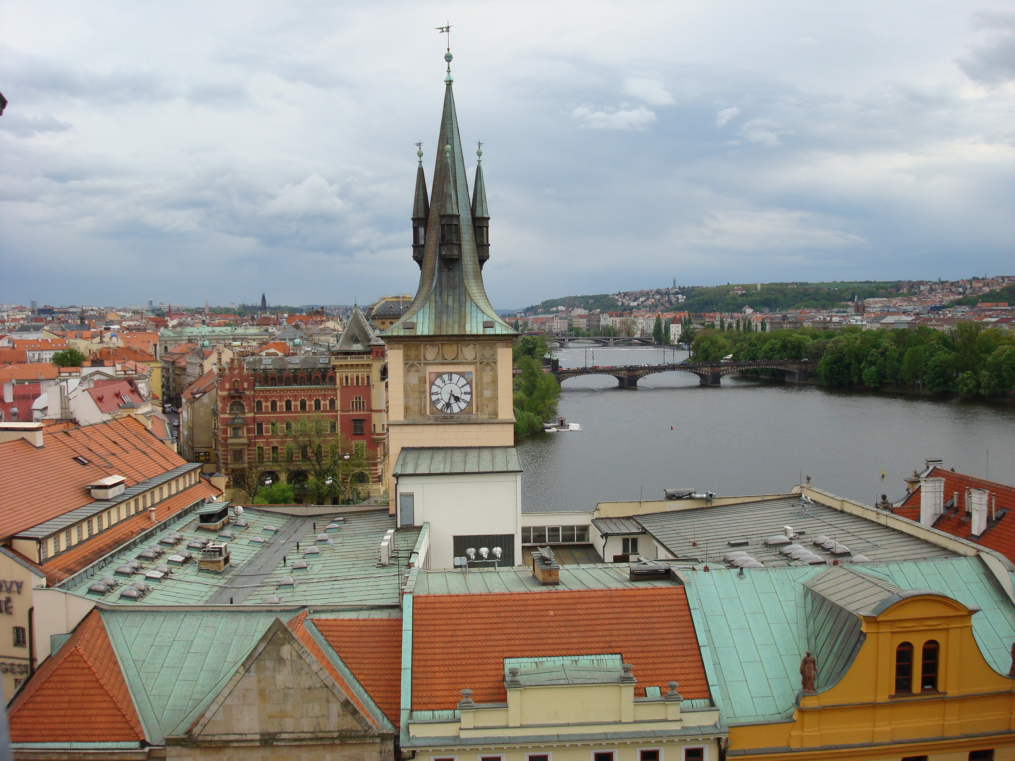 File prague rooftop view2 jpg wikimedia commons for Terrace u prince prague