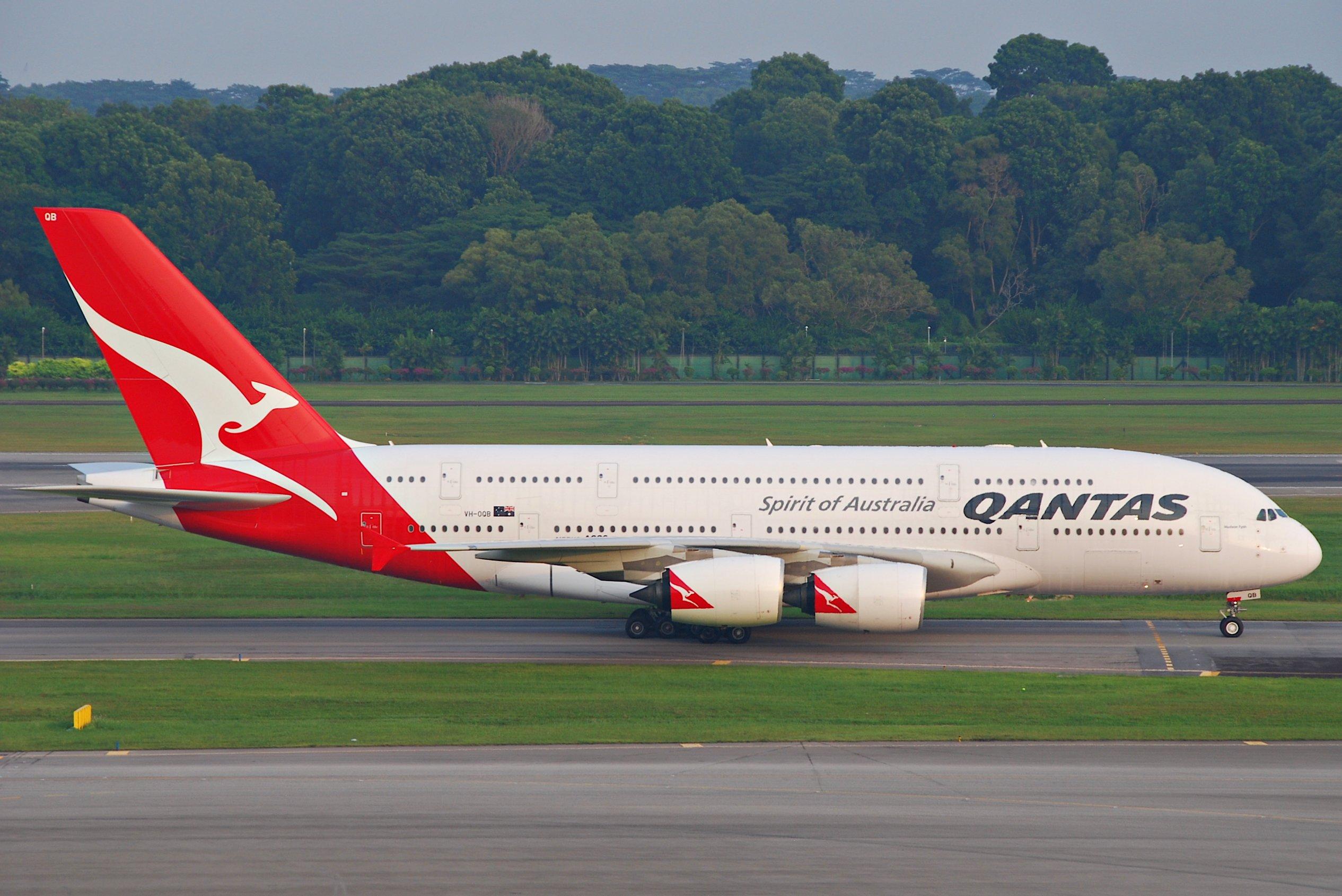 Qantas_Airbus_A380-842%3B_VH-OQB%40SIN%3