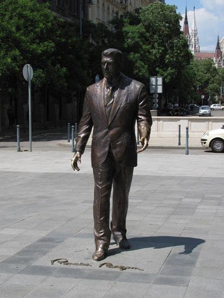Reto de Foroalturas. Estatuas Ronald_Reagan_szobor_Budapest_Szabads%C3%A1g_t%C3%A9r