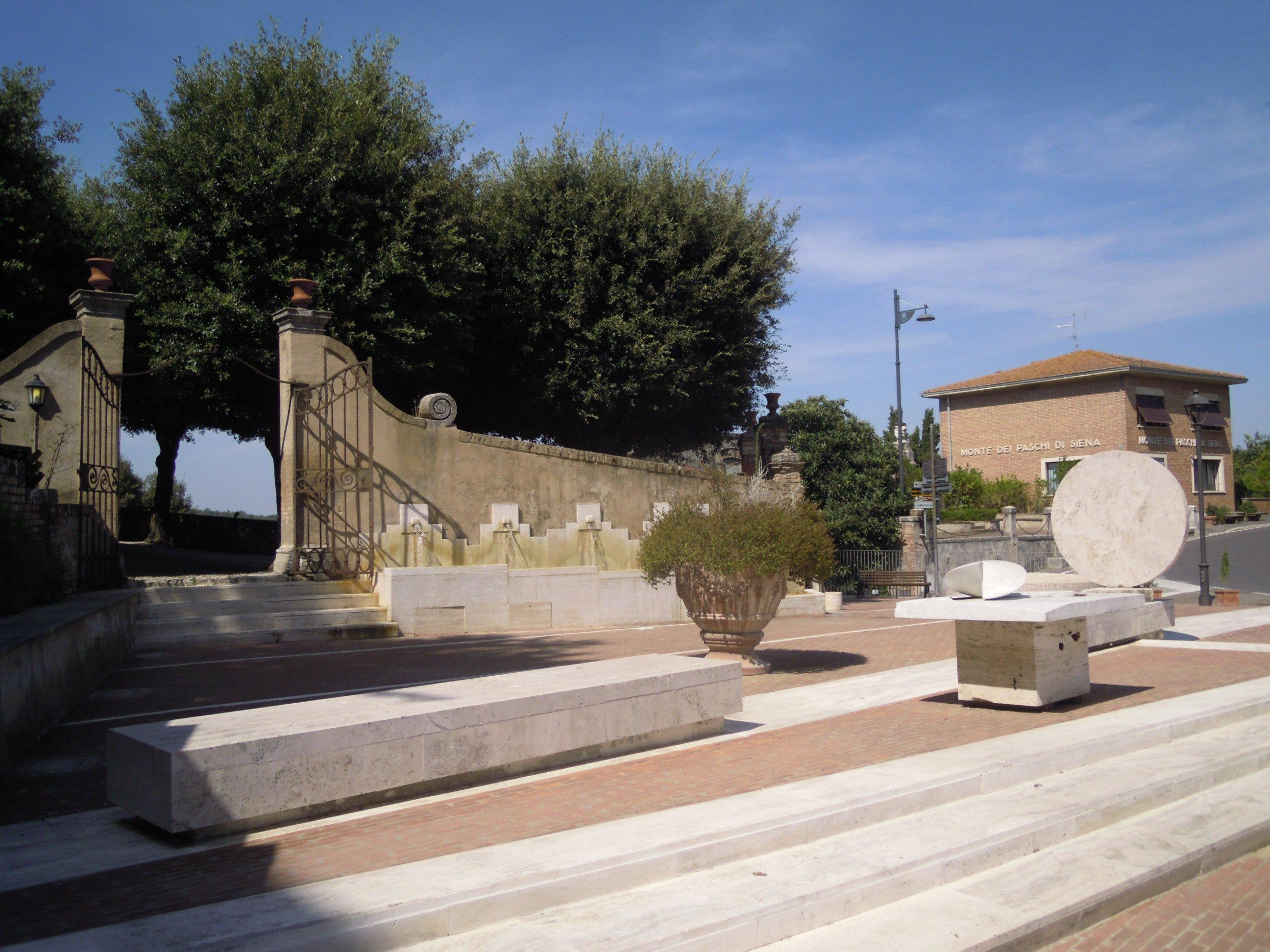 Crete Senesi | Piazza Antonio Gramsci a San Giovanni d'Asso