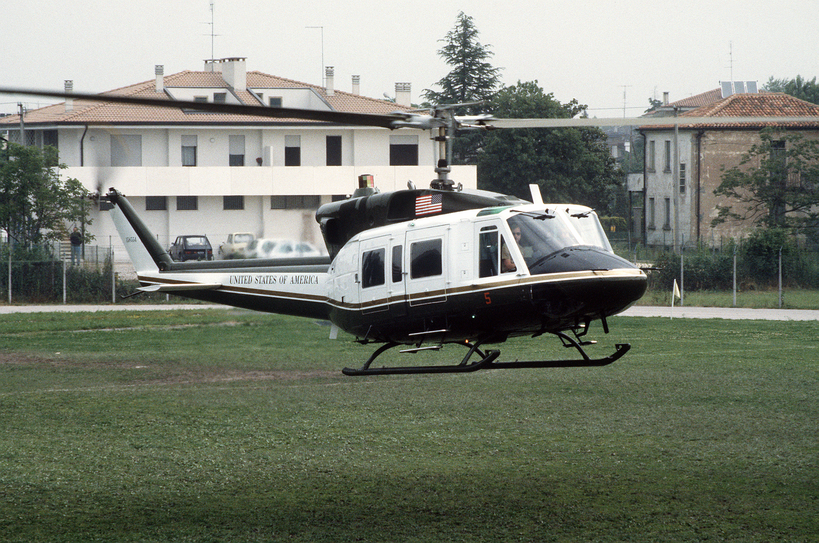 File:VH-1N HMX-1 in northern Italy 1987.JPEG - Wikimedia ...