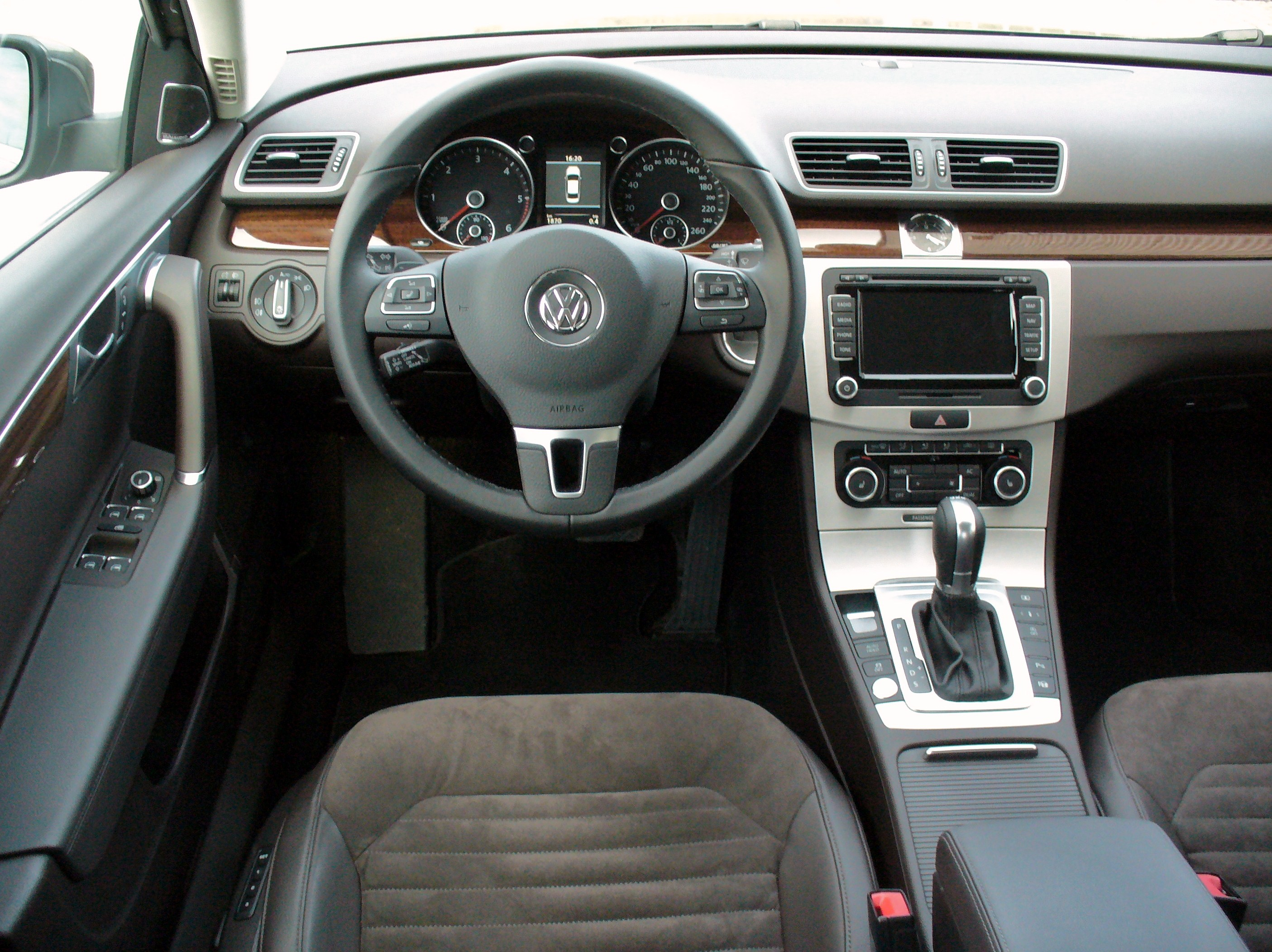file vw passat b7 2 0 tdi dsg highline kaschmirbraun interieur jpg wikimedia commons. Black Bedroom Furniture Sets. Home Design Ideas