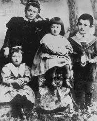 Фаина (слева) с гувернанткой, сестрой Беллой и братом Яковом.Таганрог, 1900 год.