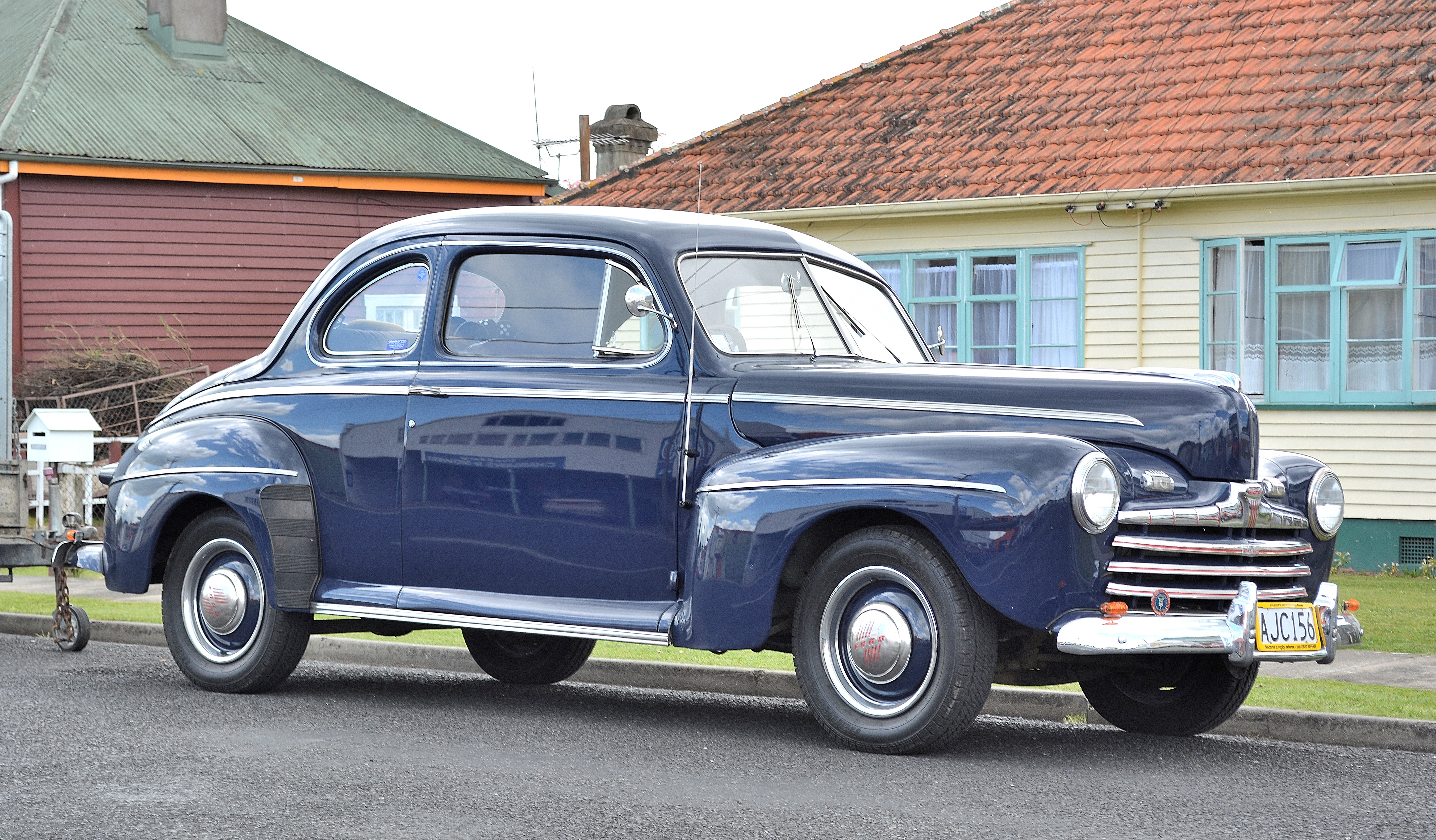 1946_Ford_V8_Club_Coupe_(15359652557).jp
