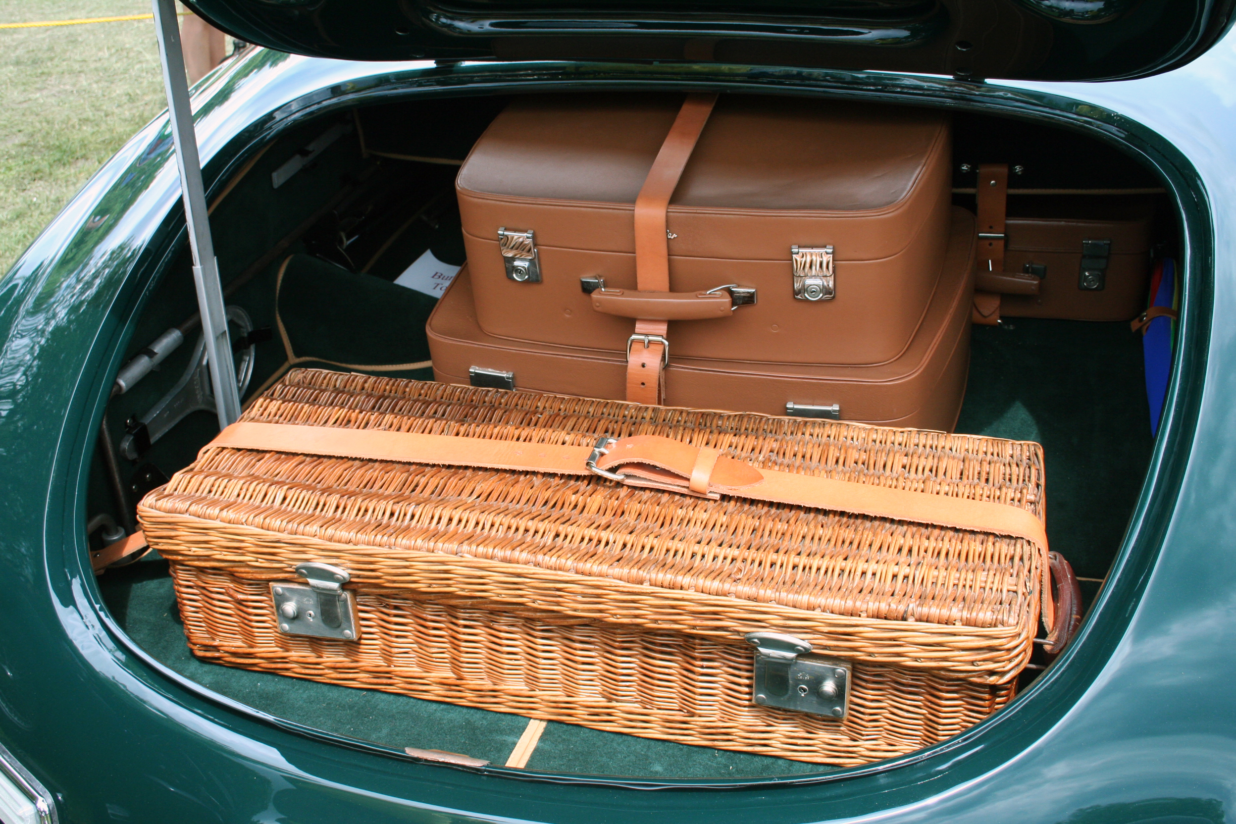 https://upload.wikimedia.org/wikipedia/commons/5/5d/1951_and_53_Graber_Bentley_luggage.jpg
