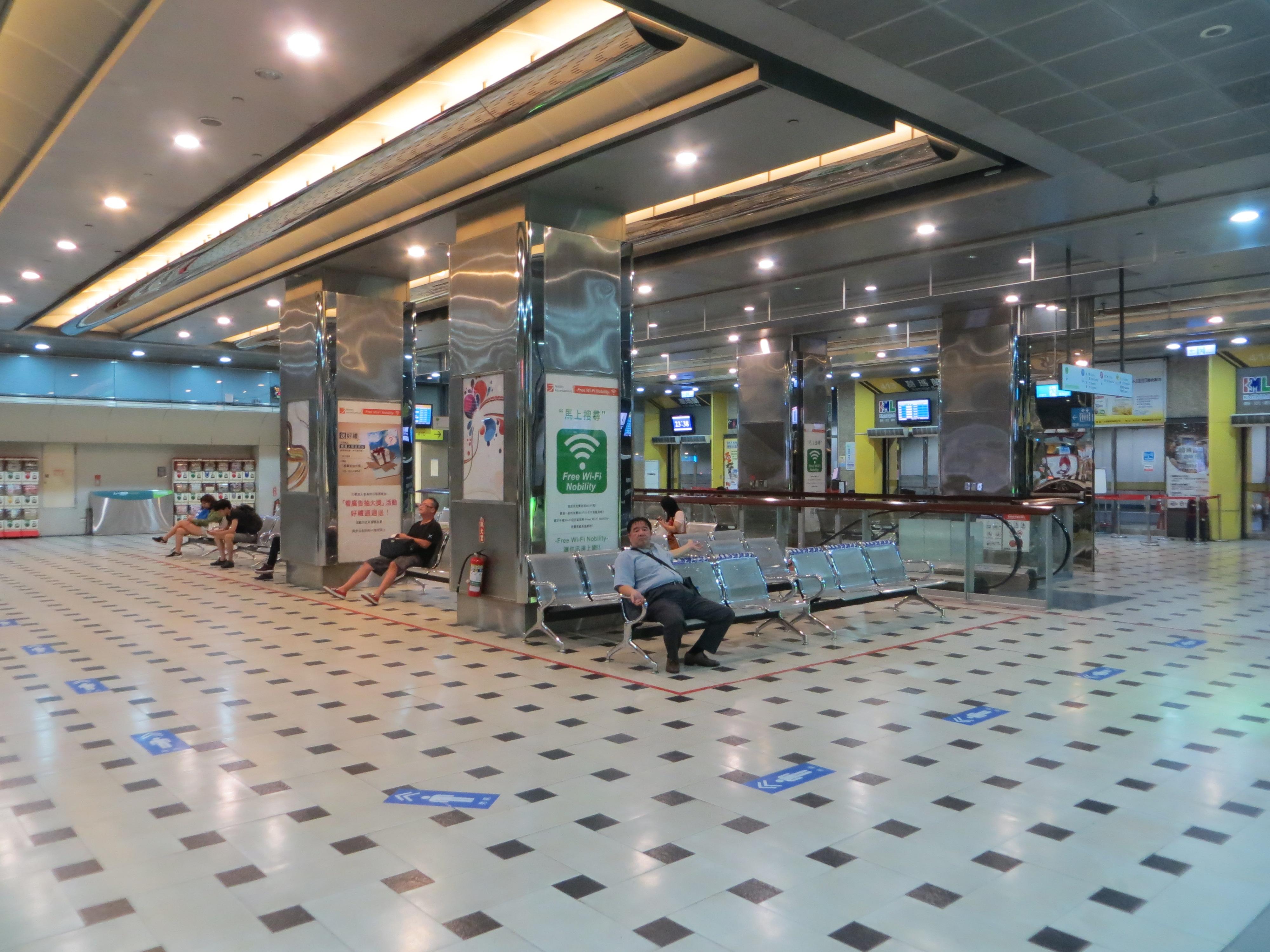 20150707深夜台北轉運站四樓候車室.jpg