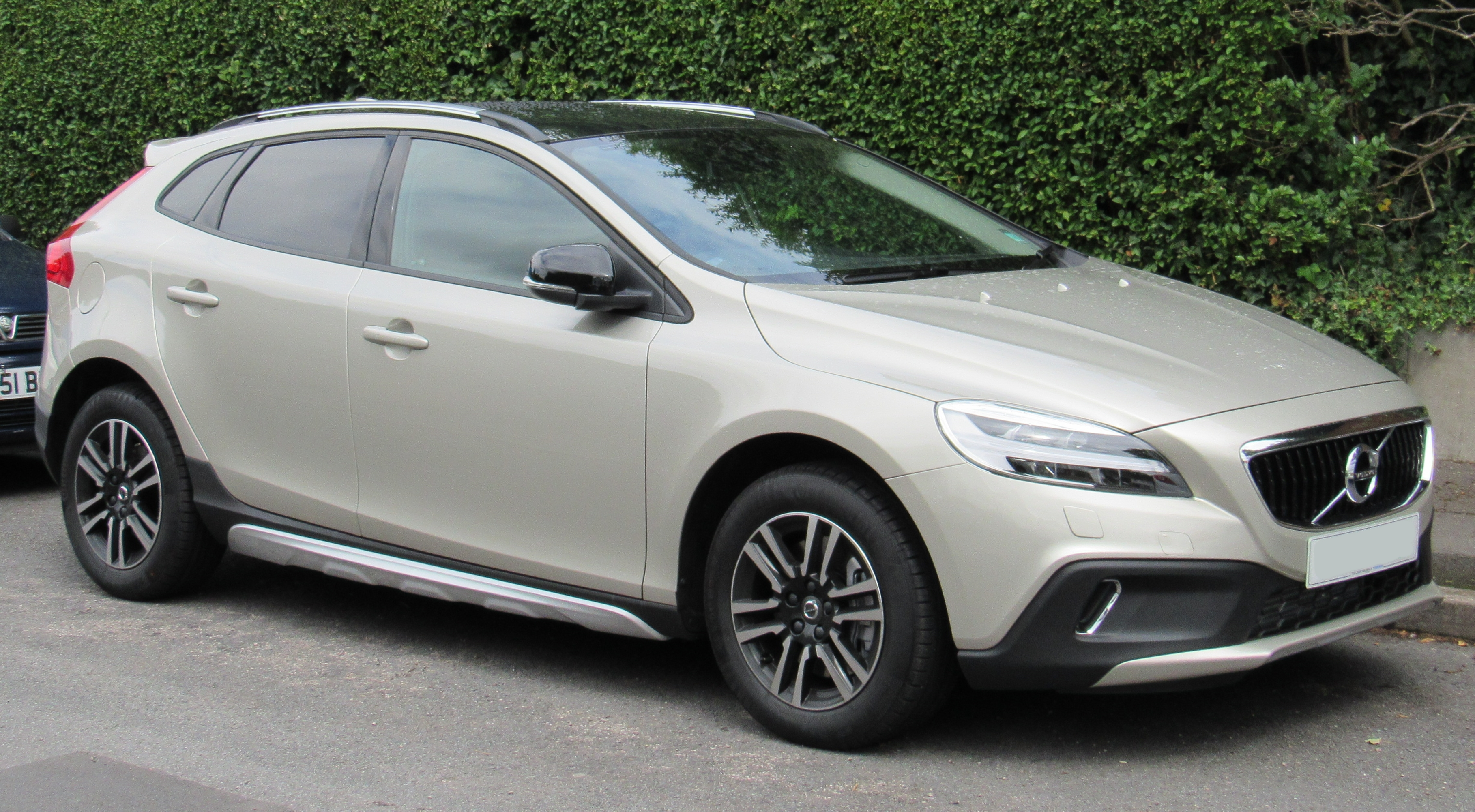 File:2017 Volvo V40 Cross Country 2.0 Front.jpg