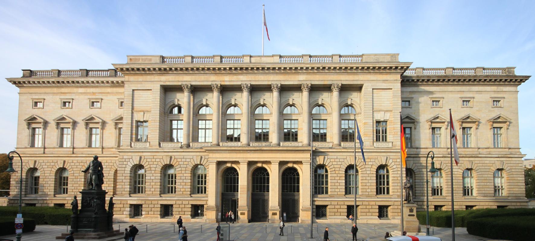 """""""Abgeordnetenhaus"""" von Abghs - Eigenes Werk. Lizenziert unter CC-BY-SA 4.0 über Wikimedia Commons - http://commons.wikimedia.org/wiki/File:Abgeordnetenhaus.jpg#/media/File:Abgeordnetenhaus.jpg"""