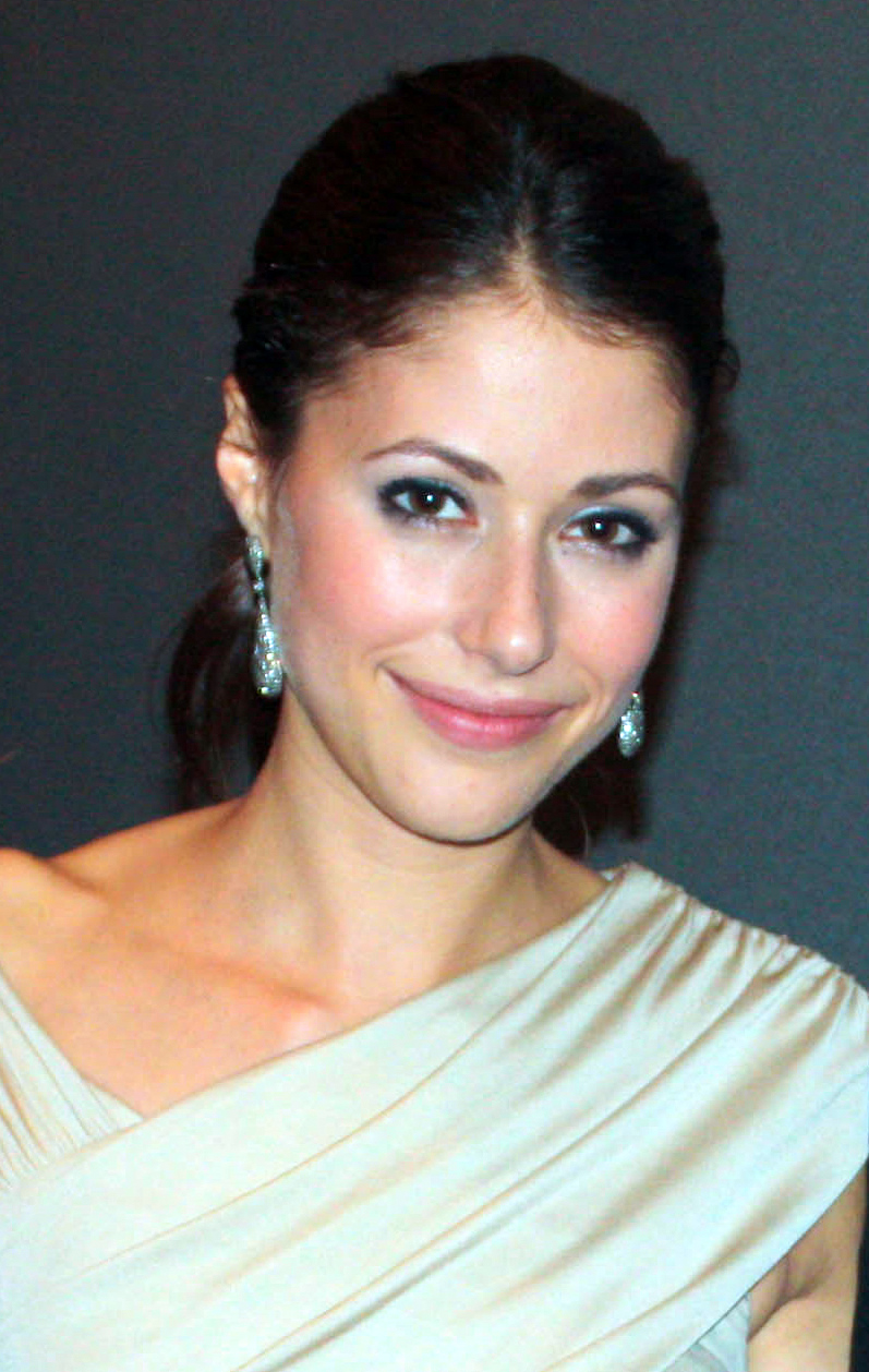 The 33-year old daughter of father (?) and mother(?) Amanda Crew in 2020 photo. Amanda Crew earned a million dollar salary - leaving the net worth at 2 million in 2020