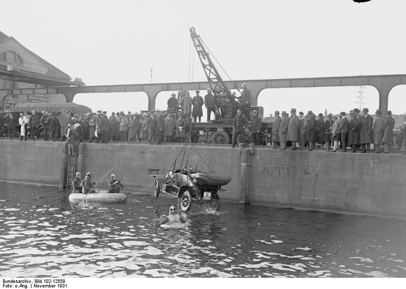 File:Bundesarchiv Bild 102-12559, Bergung eines Autos.jpg