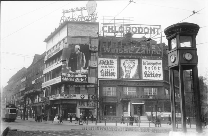 Potsdamer Platz, Bundesarchiv, Bild 102-13203A / CC-BY-SA 3.0 [CC BY-SA 3.0 de (https://creativecommons.org/licenses/by-sa/3.0/de/deed.en)], via Wikimedia Commons