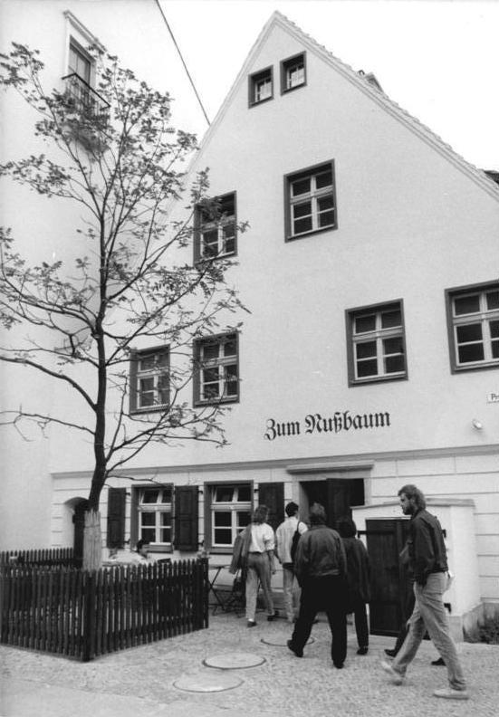"""Bundesarchiv Bild 183-1987-1010-008, Berlin, Gasthaus """"Zum Nußbaum"""".jpg"""