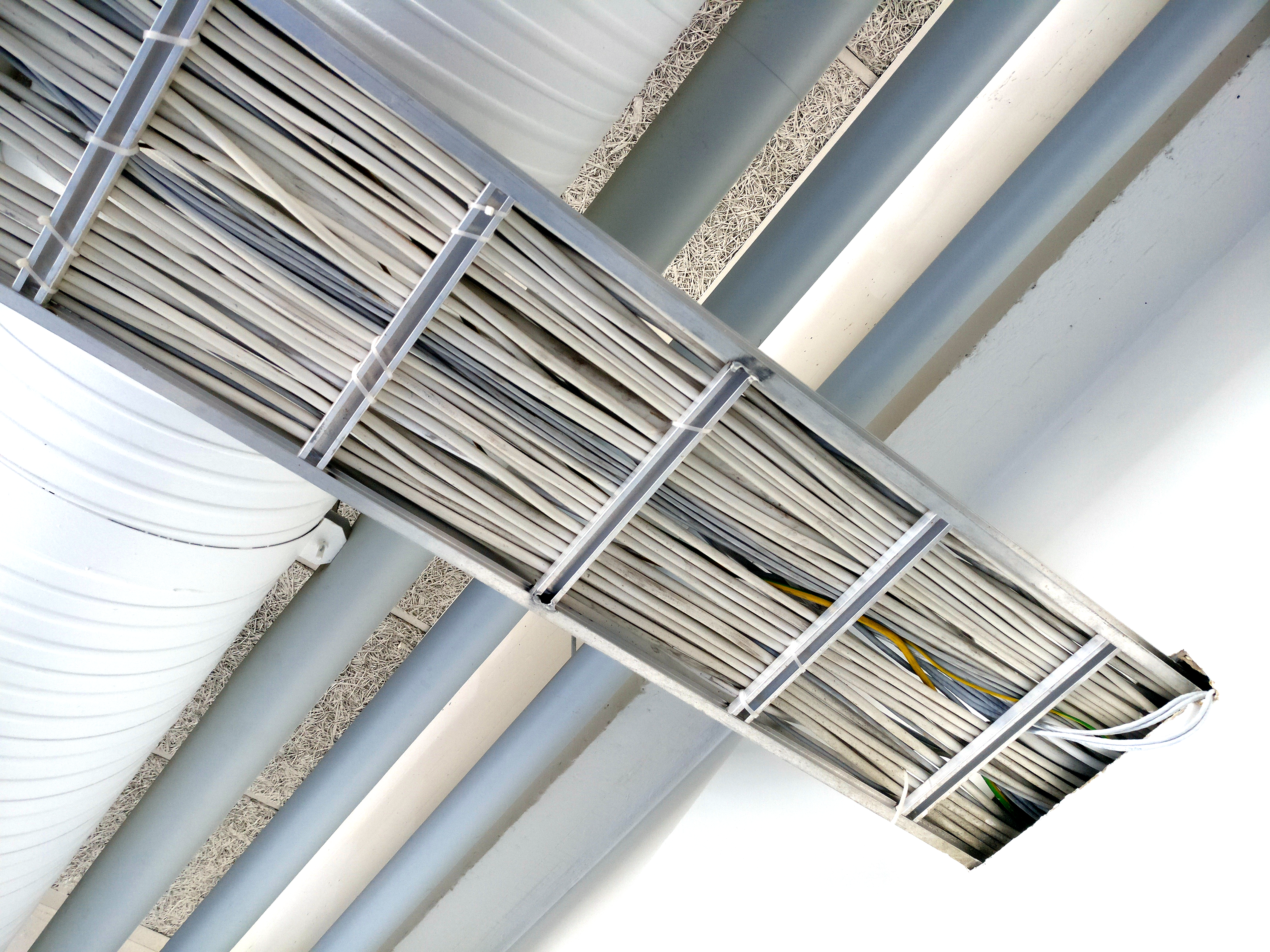 File:Cable tray with cables.jpg - Wikimedia Commons