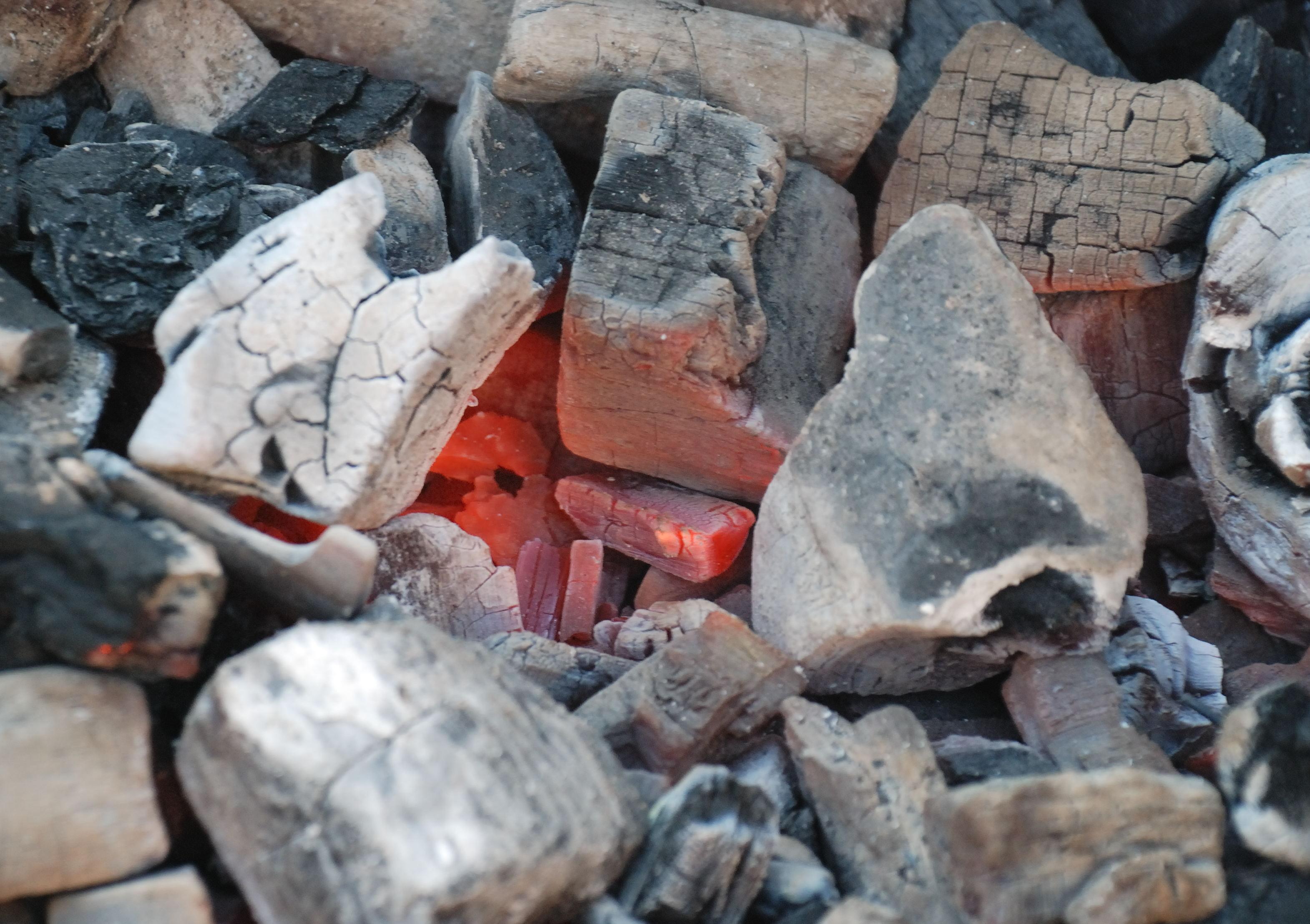 File Charbon de bois rouge jpg Wikimedia Commons # Charbon De Bois Intermarché